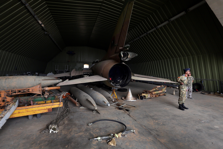 عناصر في القوات التابعة لحكومة الوفاق في قاعدة الوطية الجوية التي استعادوها من قوات حفتر
