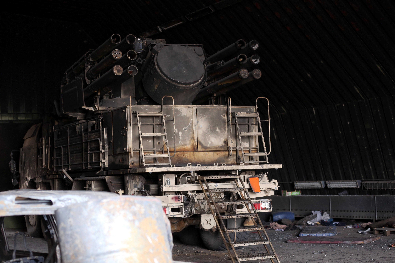 قاذفة صواريخ في قاعدة الوطية الجوية التي استعادتها القوات التابعة لحكومة الوفاق