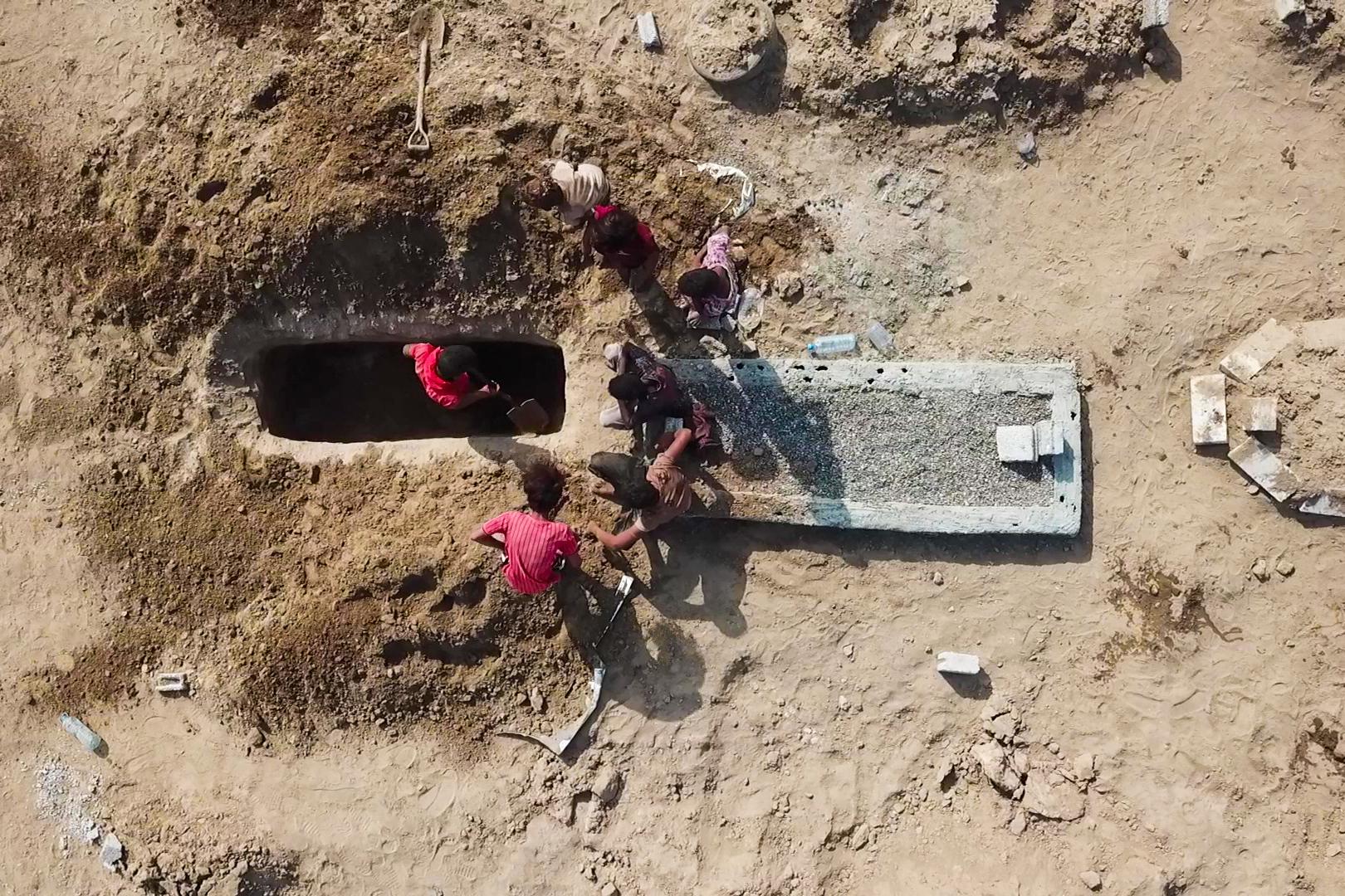 عمال مقبرة عدن لا يعرفون سبب وفاة أشخاص دفنوا حديثا، وفق أسوشيتد برس