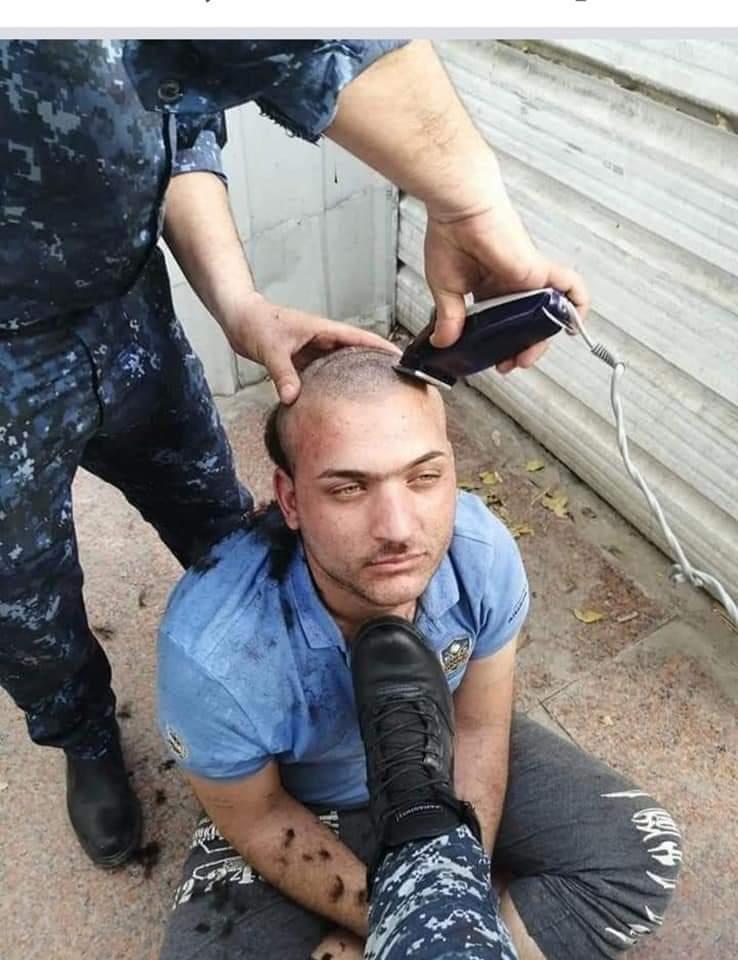 الشاب خلال حلاقة شعره