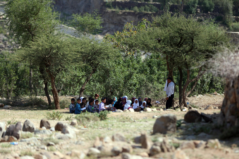 مدرسة في الهواء الطلق في صيف سبتمبر 2019 بالقرب من مدرسة غير منتهية في مدينة تعز