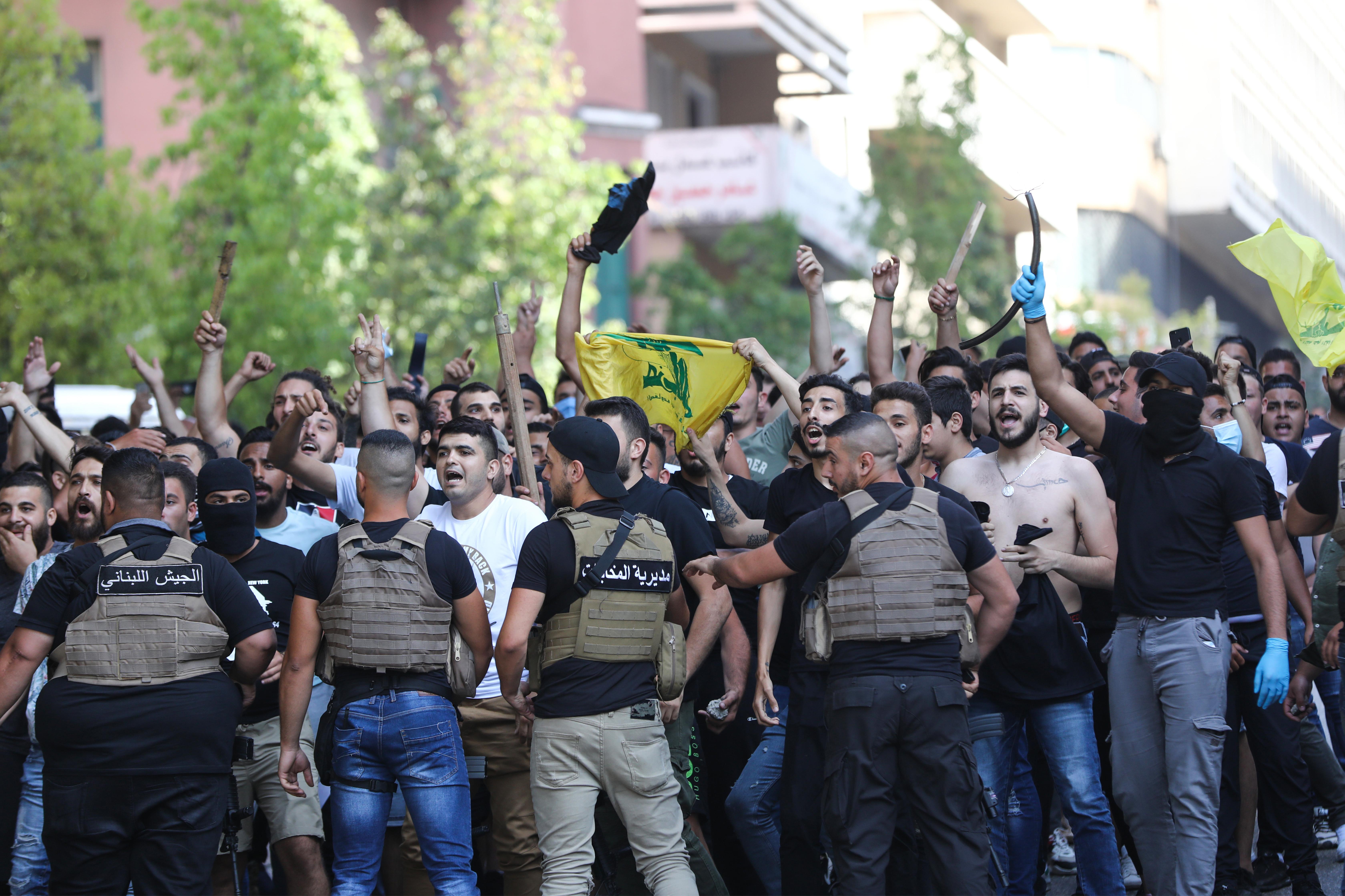 """منصرو """"حزب الله"""" وحركة """"أمل"""" على مقربة من المتظاهرين"""