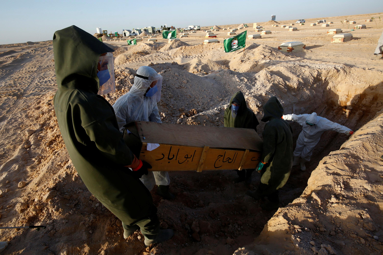 دفن أحد ضحايا فيروس كورونا في العراق