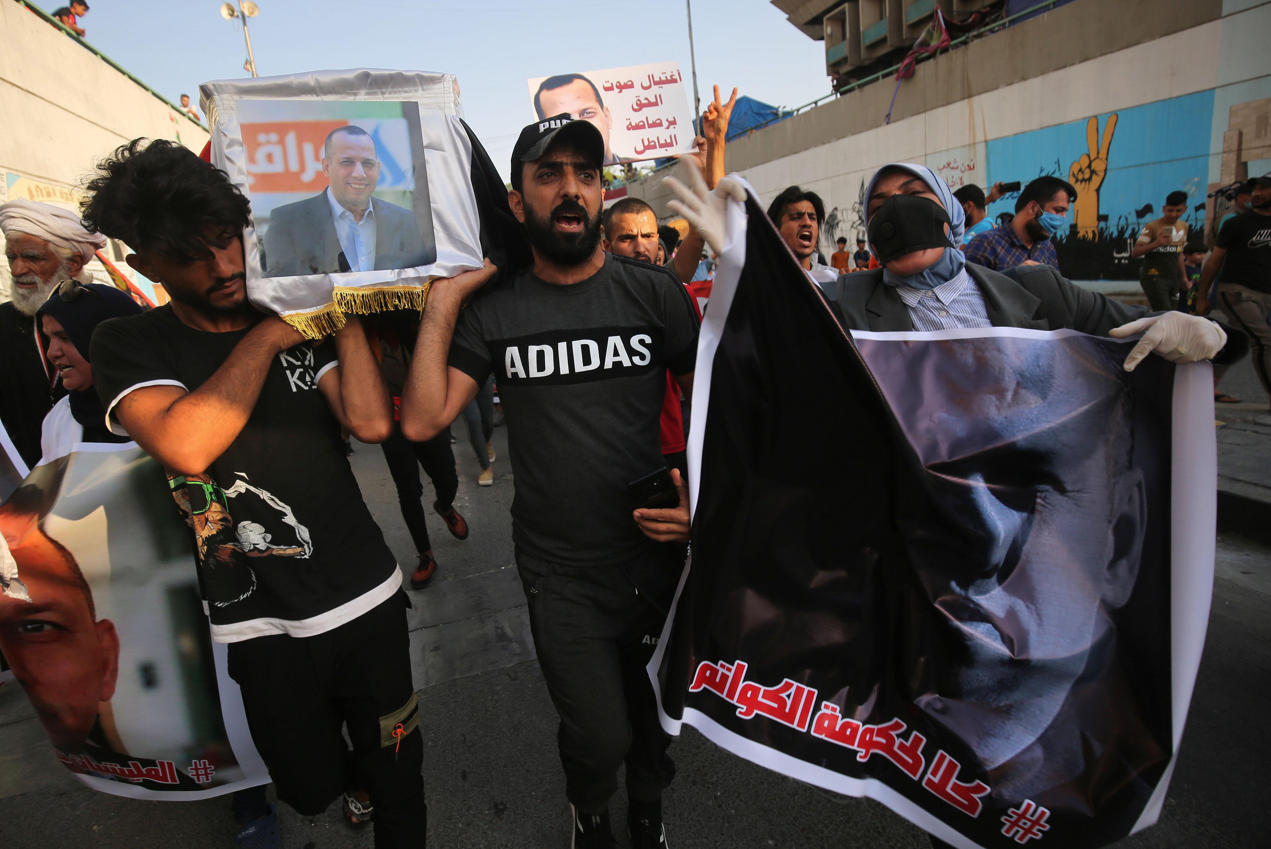 حمل المشيعون تابوتا رمزيا للراحل هشام الهاشمي
