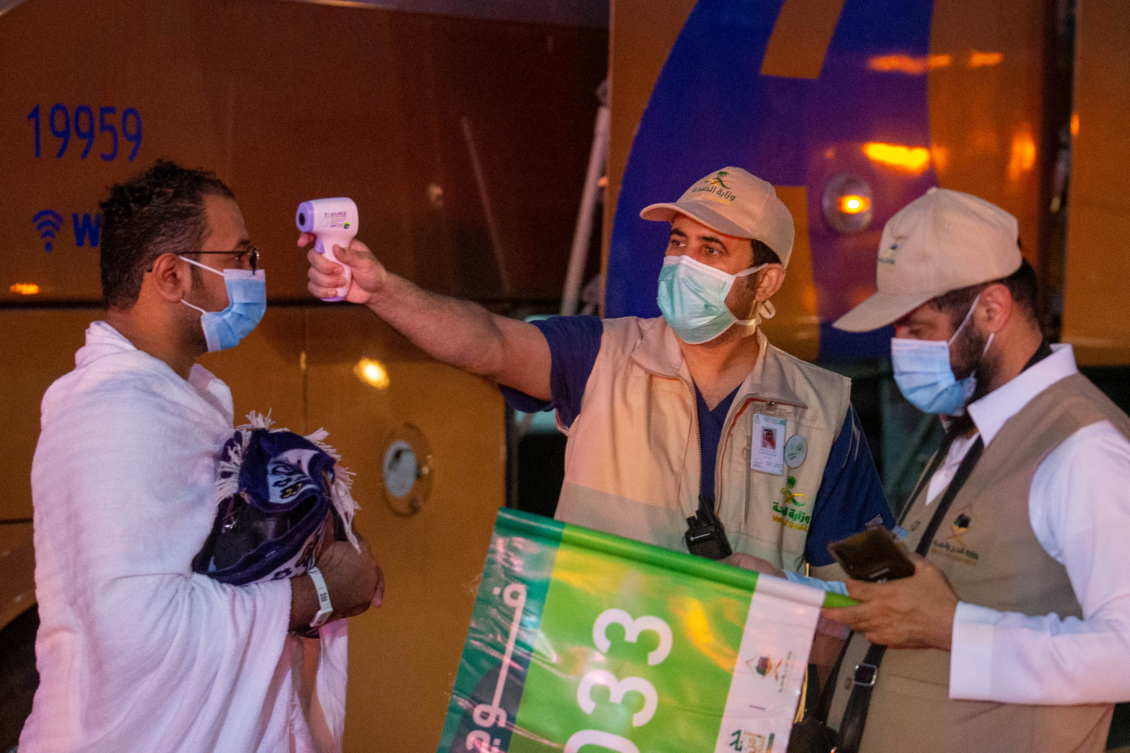الحجاج أخضعوا لفحص فيروس كورونا المستجد قبل وصولهم إلى مكة، وسيتوجب عليهم البقاء في الحجر الصحي بعد الحج