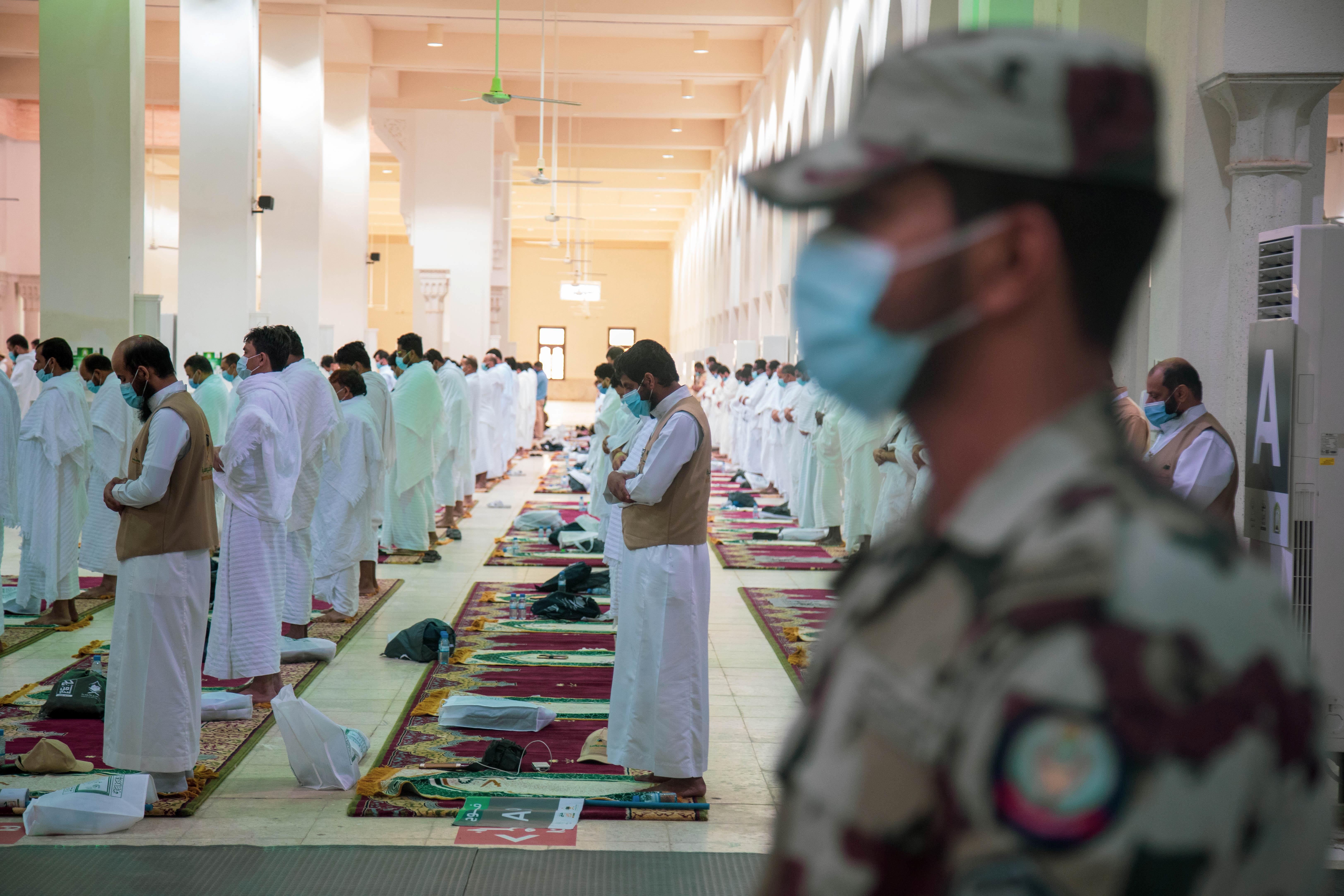 حجاج في مسجد نمرة الذي يعد من أهم المعالم في مشعر عرفات