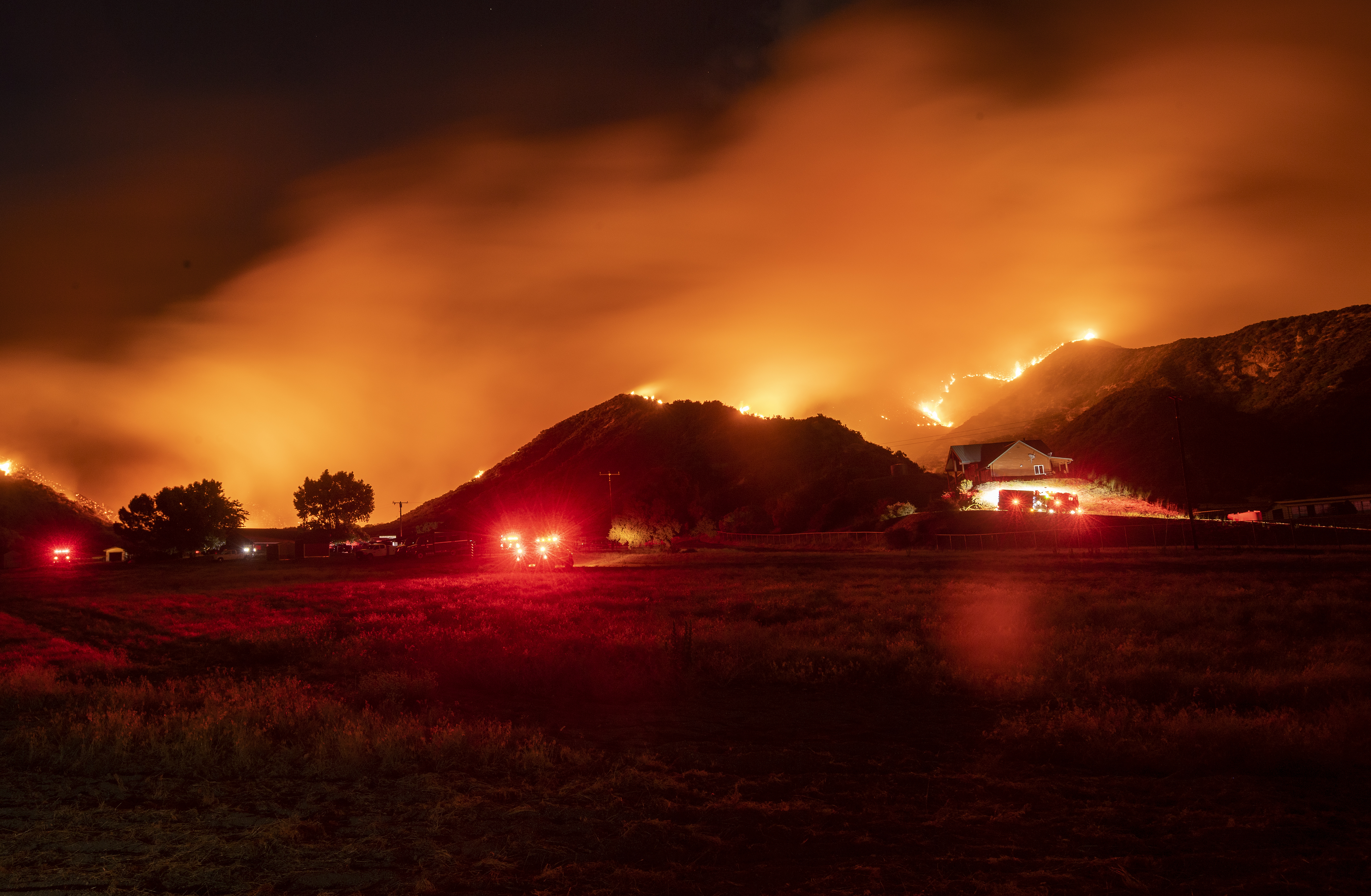 دخان كثيف بسبب الحرائق وإجلاء أكثر من 7800 شخص من المنطقة