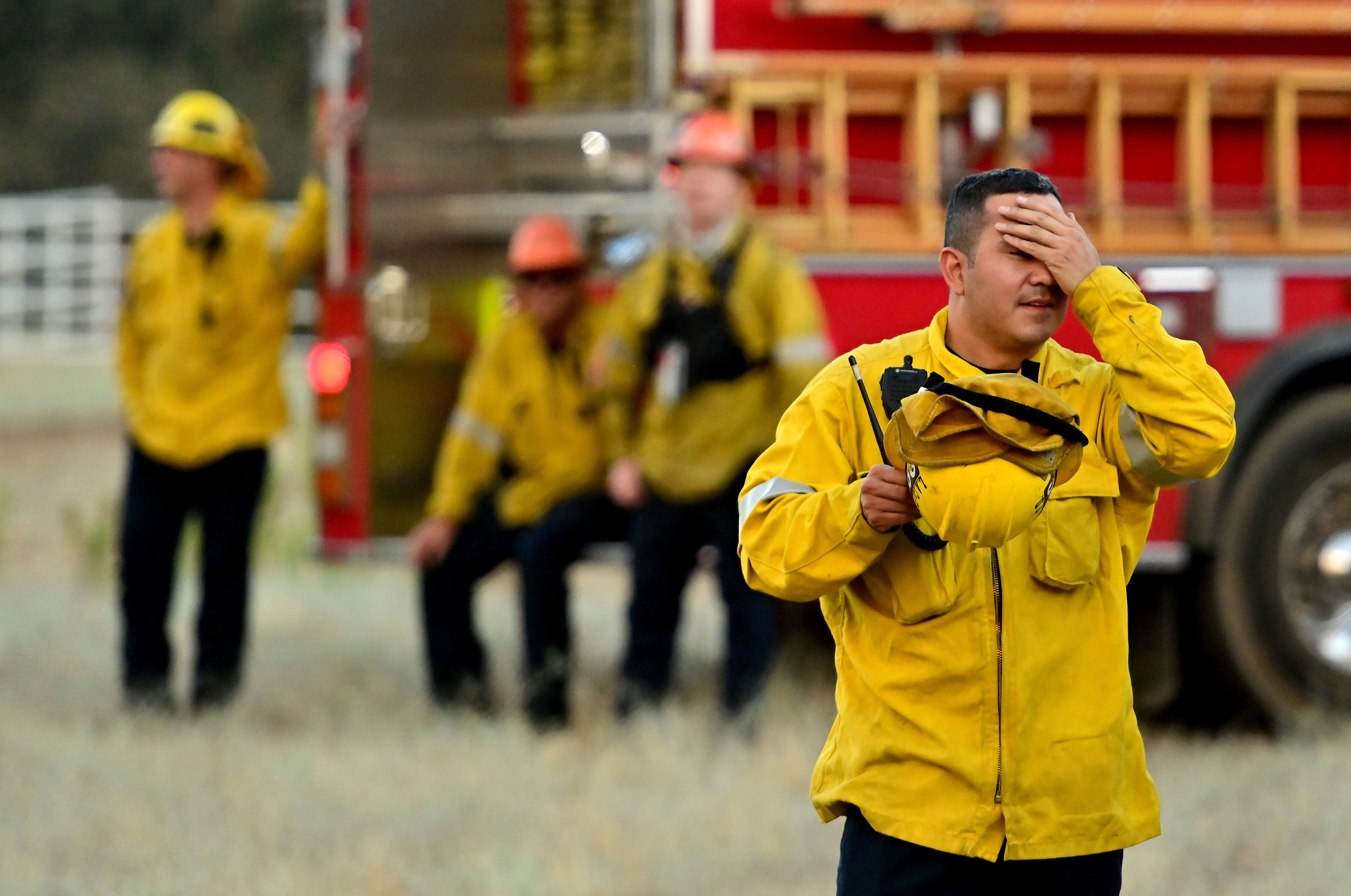 تجاوز عدد عناصر الاطفاء في المنطقة 1200 شخص لكنهم لم تمكنوا حتى الآن من إطفاء الحرائق
