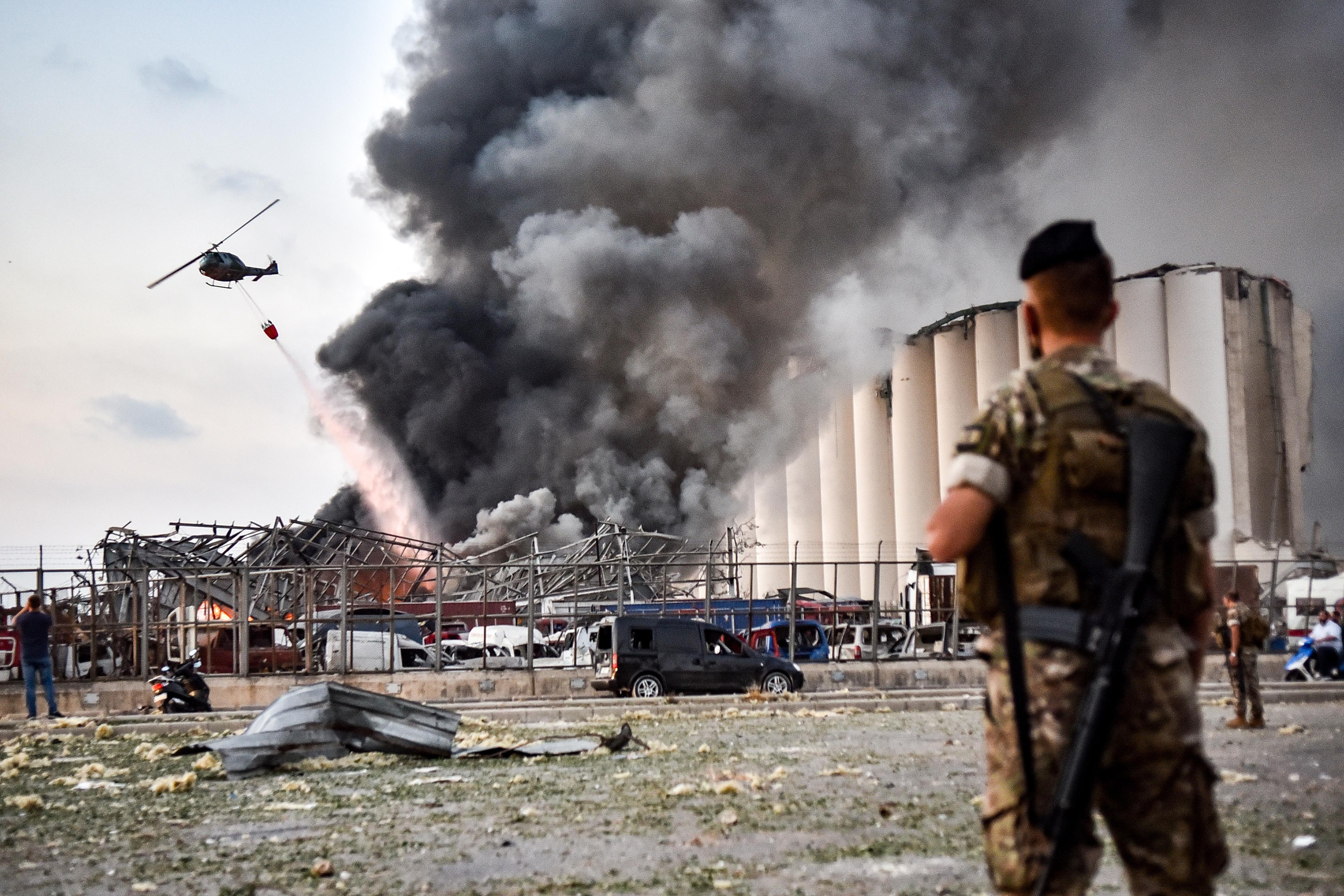 طائرات مروحية لإطفاء الحريق الذي خلفه الانفجار