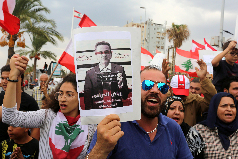 متظاهرون لبنانيون يتهمون رياض سلامة حاكم مصرف لبنان بالسرقة