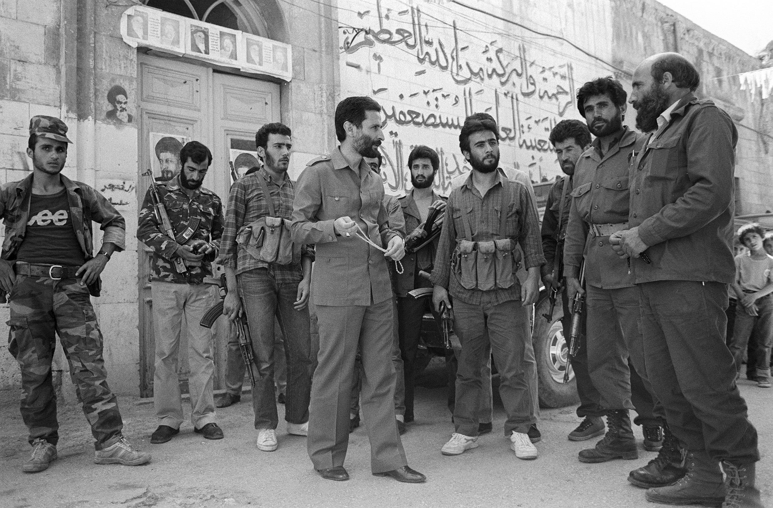 عباس الموسوي مع مسلحين من حزب الله.
