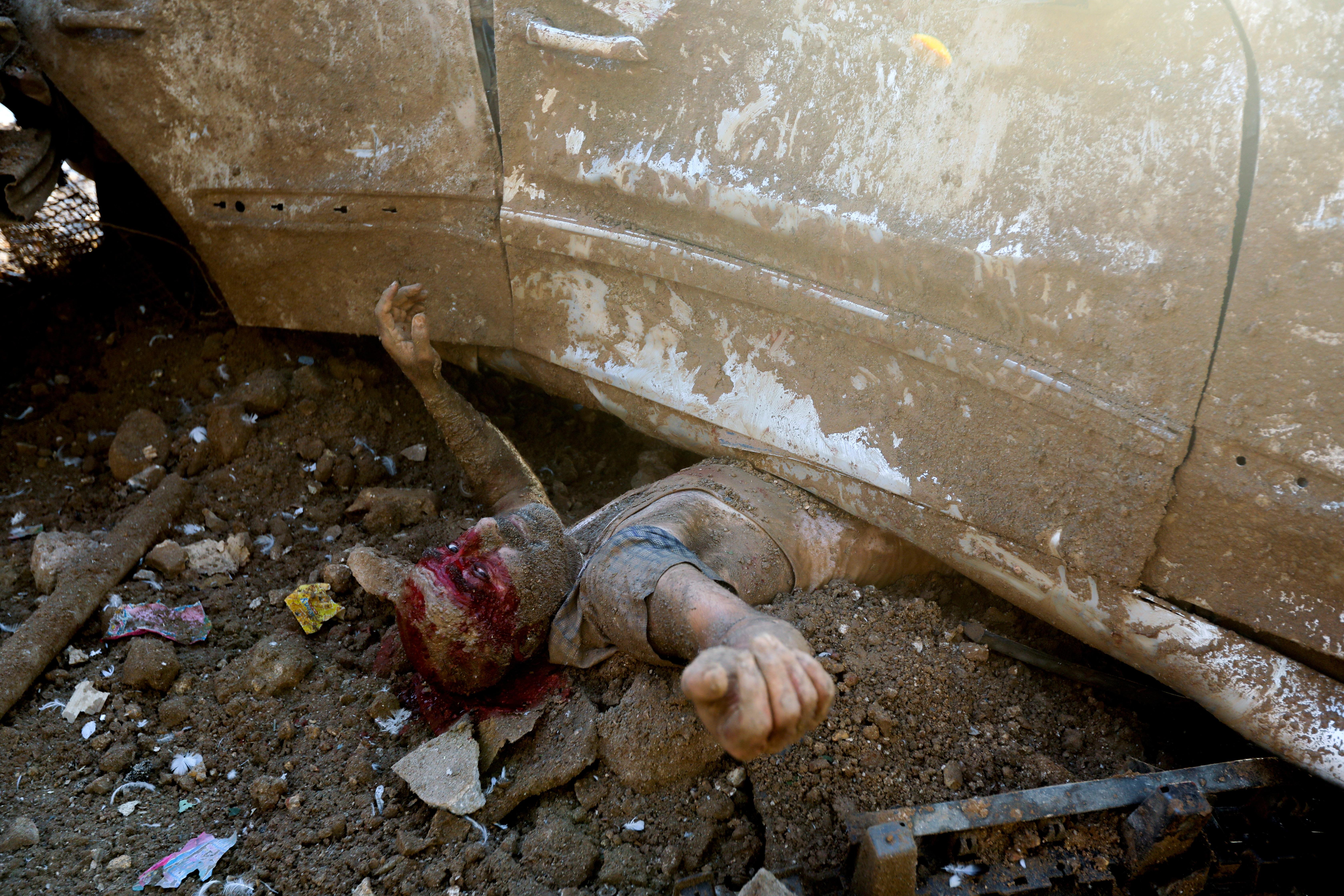 الضحية كان عالقا تحت سيارة مدمرة.