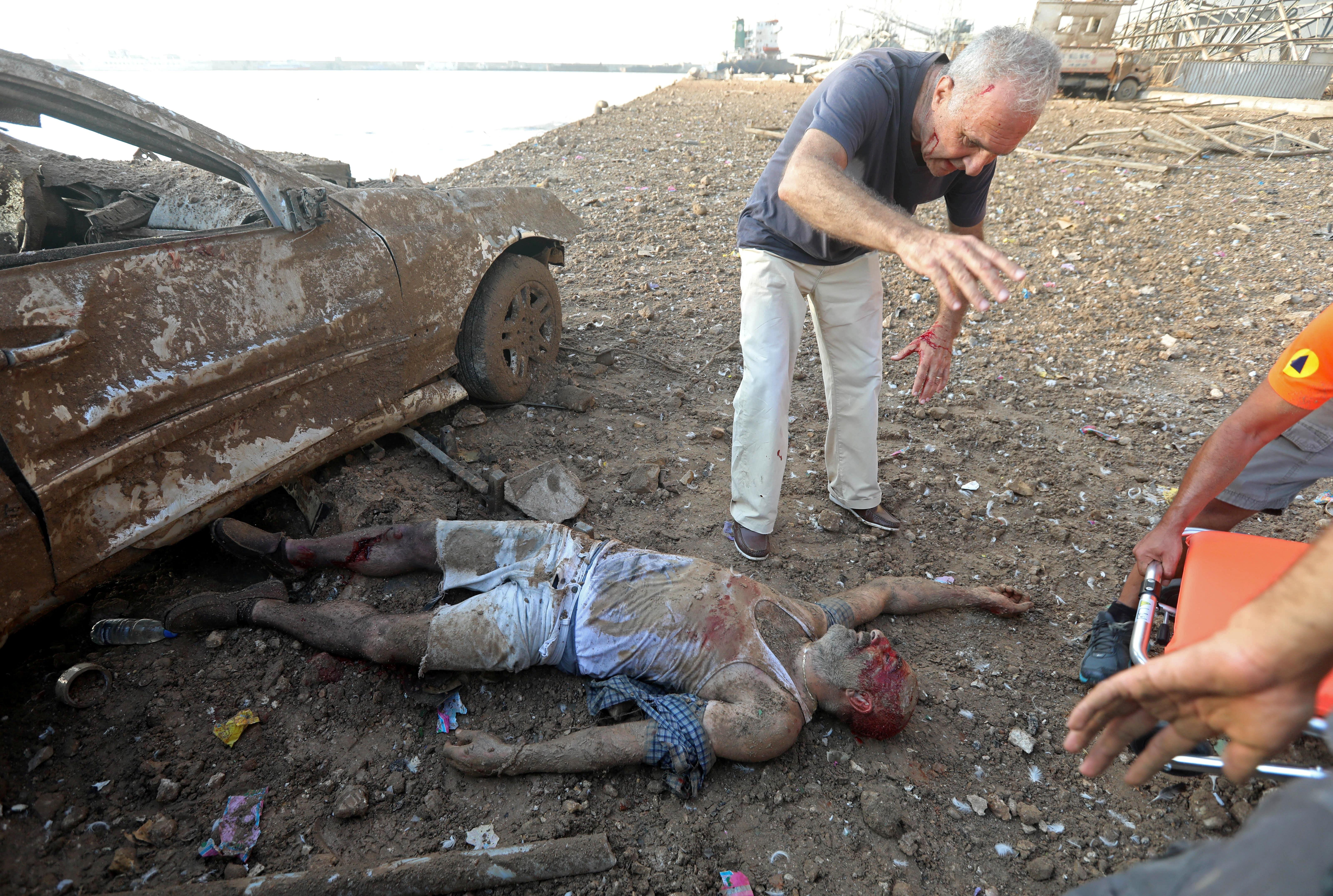 رجال الإسعاف انتشلوا الضحية.