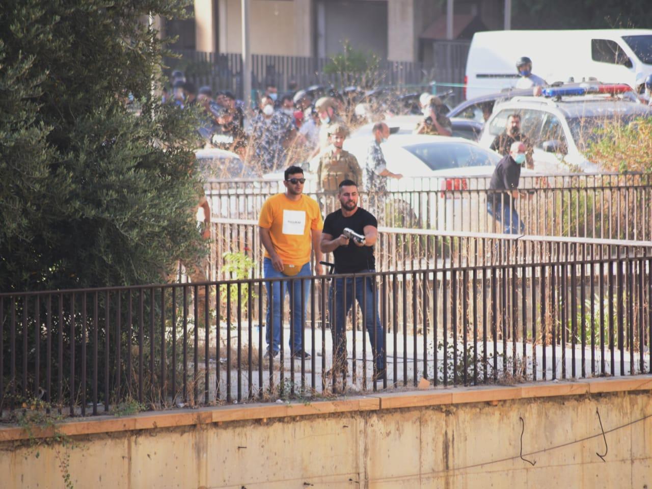 ناشطون تداولا صورا قالوا إنه تظهر تعرض المتظاهرين لإطلاق نار.