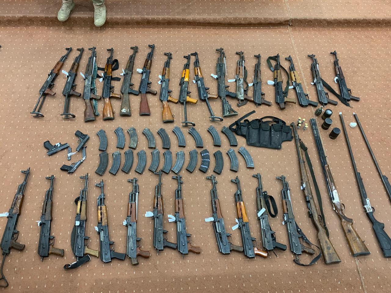 صور من الأسلحة المصادرة نتيجة العمليات الأمنية في البصرة وبغداد