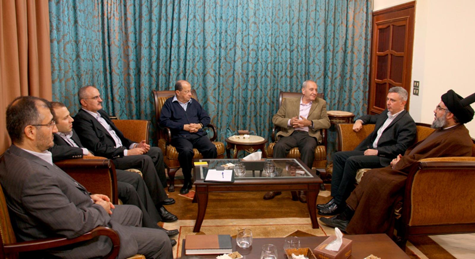 علي حسن خليل على يمين الرئيس اللبناني ميشال عون في صورة أرشيفية تعود لعام 2009.