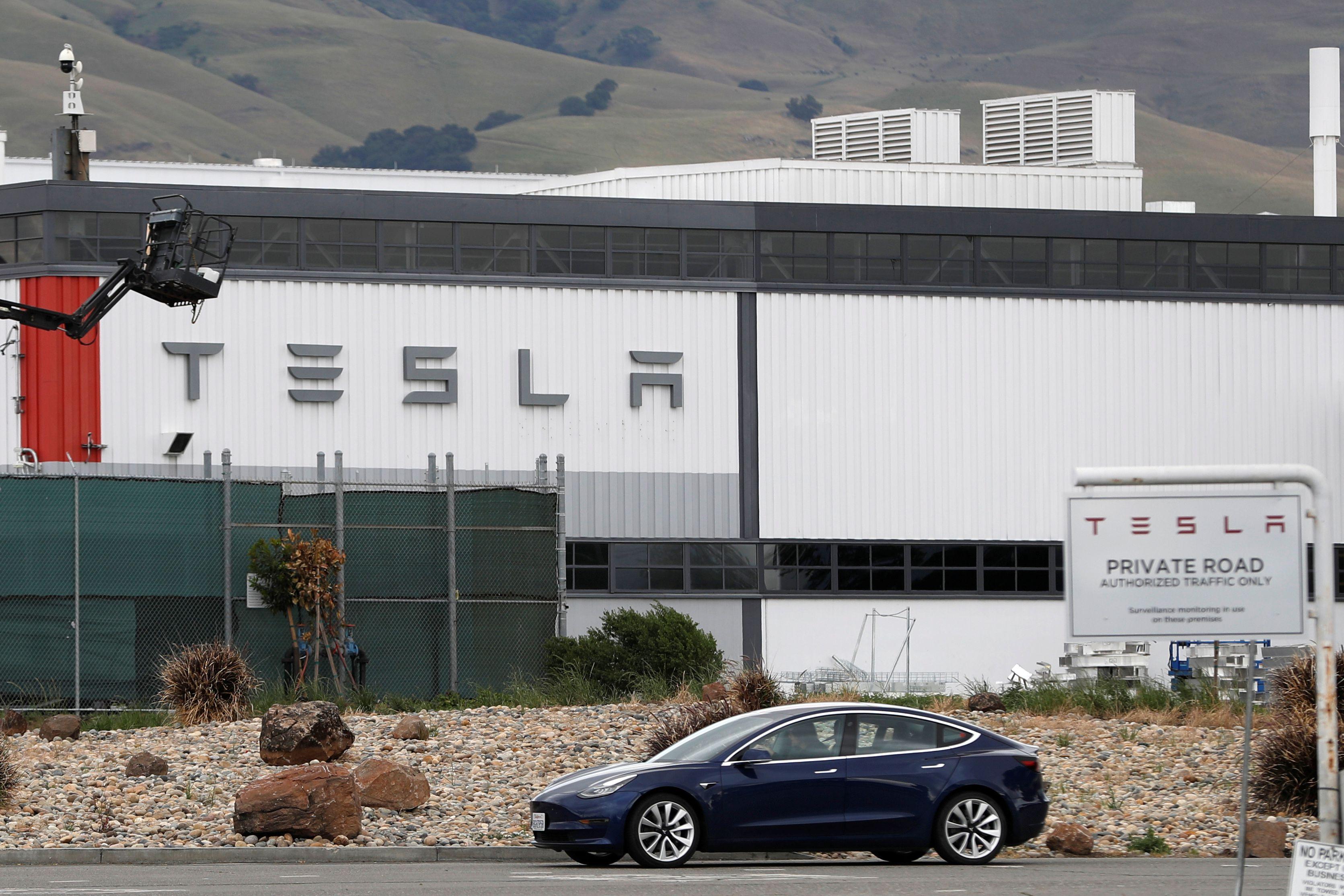 تبيع شركة تسلا السيارات الكهربائية منذ عام 2008
