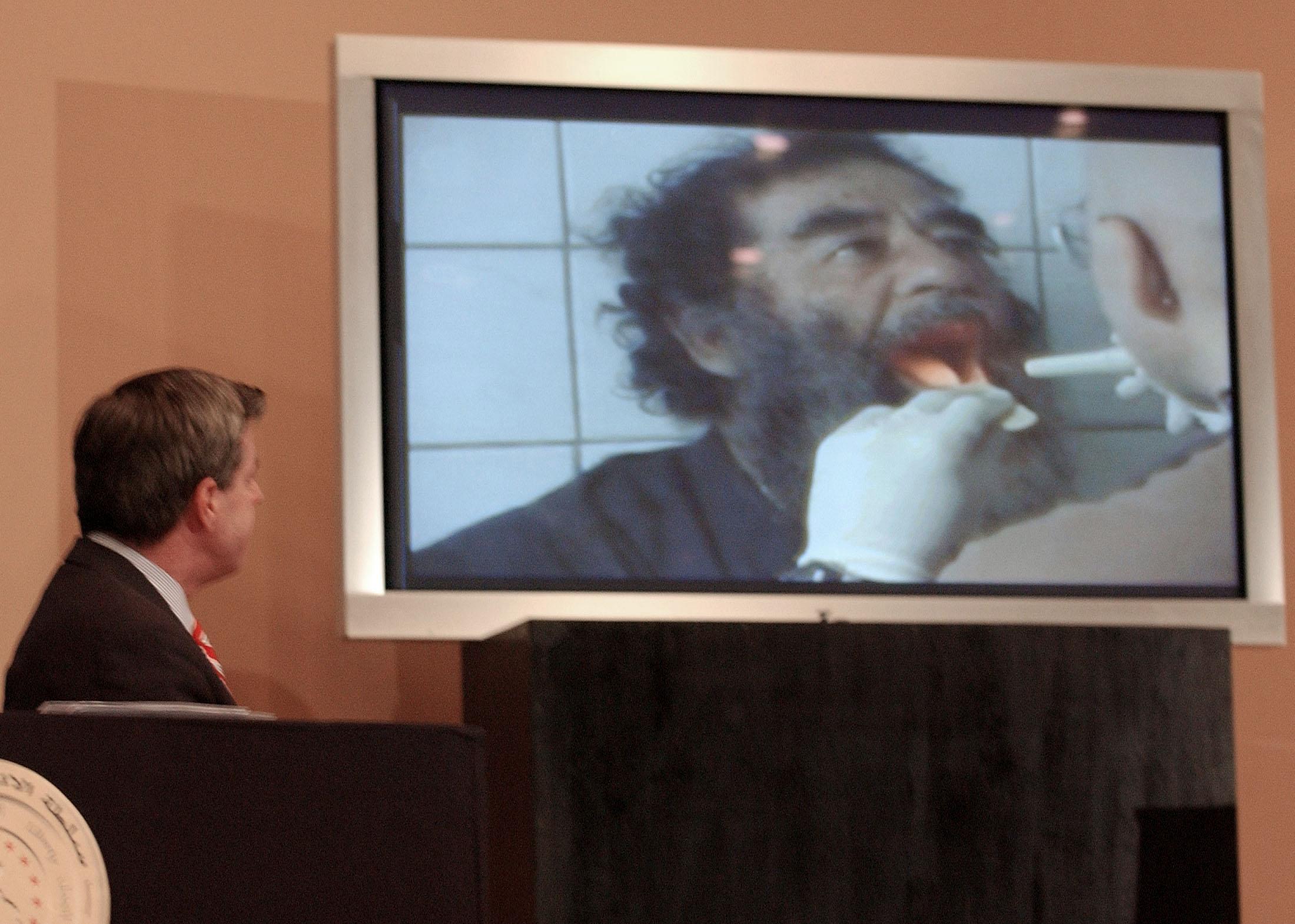 """في مقابلة أجريت في عام 2008 قال ديفيس إن صدام في وقت اعتقاله """"كان مجرد رجل عجوز مريض"""