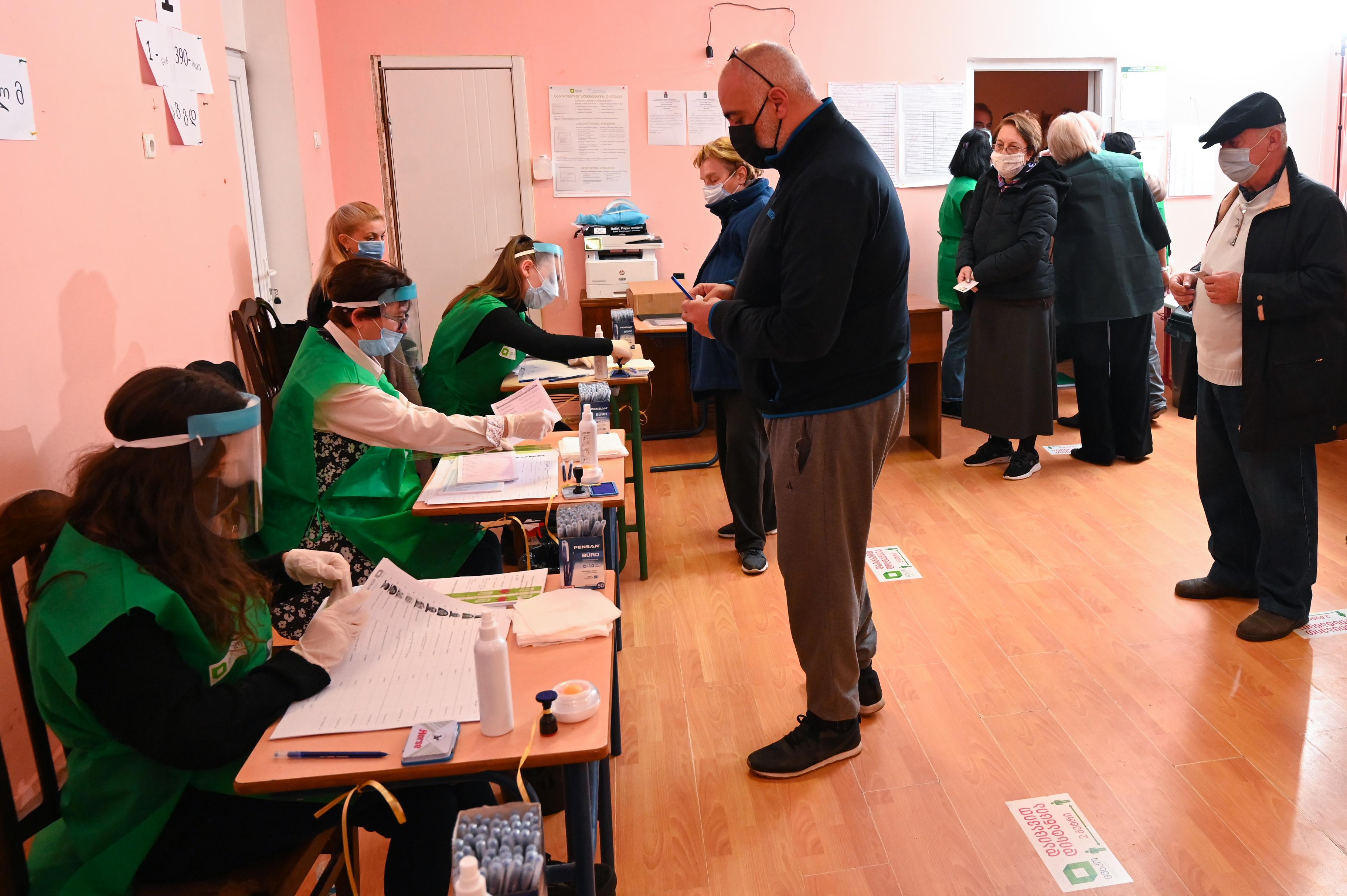 أميركيون يدلون بأصواتهم مبكرا في الانتخابات في جورجيا