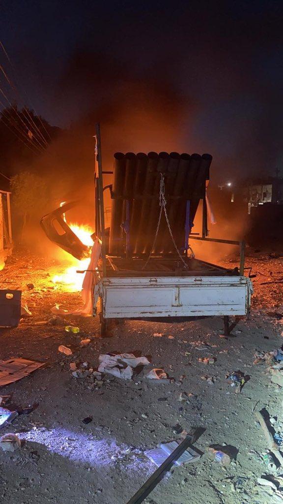 منصة إطلاق صواريخ محمولة على سيارة حمل وتشتعل فيها النيران