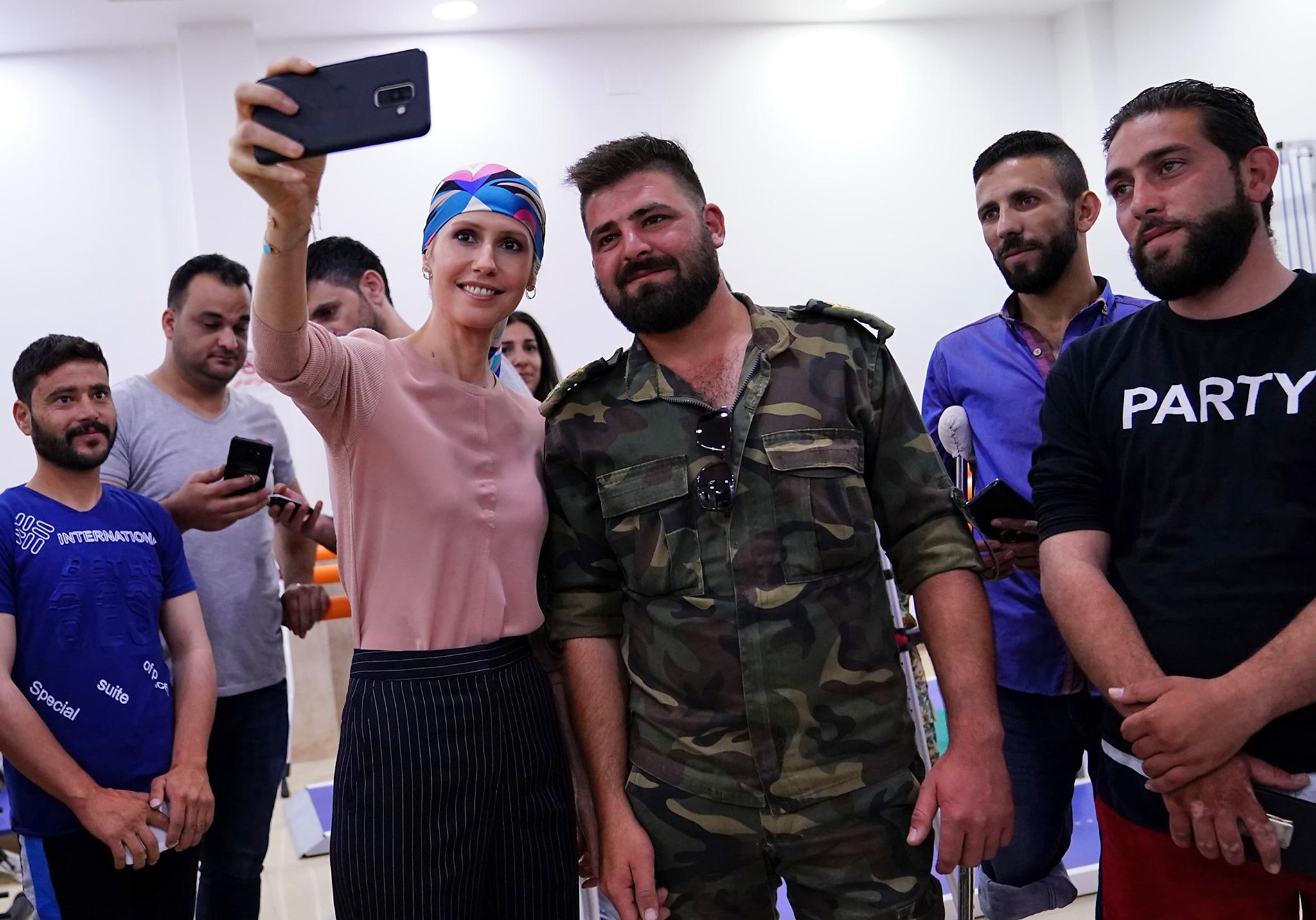 أسماء الأسد تحاول منذ فترة لفت أنظار السوريين إليها وكسب ولائهم