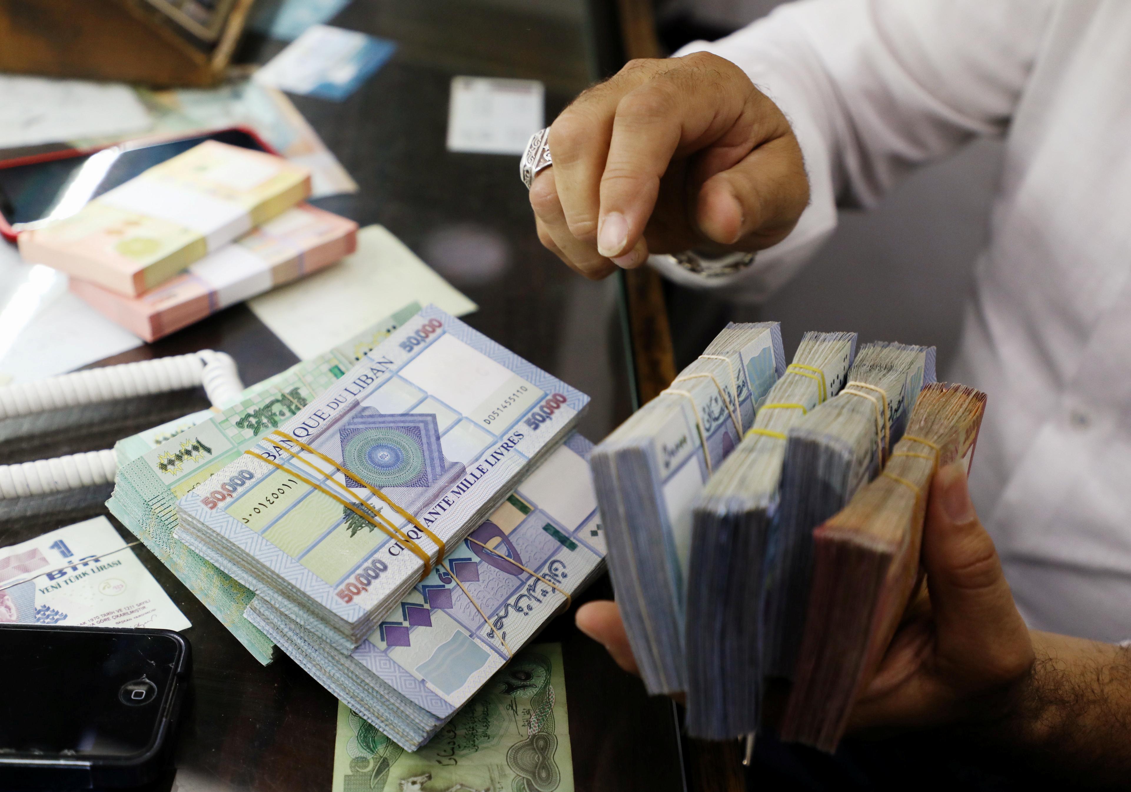 سعر الدولار في السوق السوداء تخطى الـ8000 ليرة لبنانية