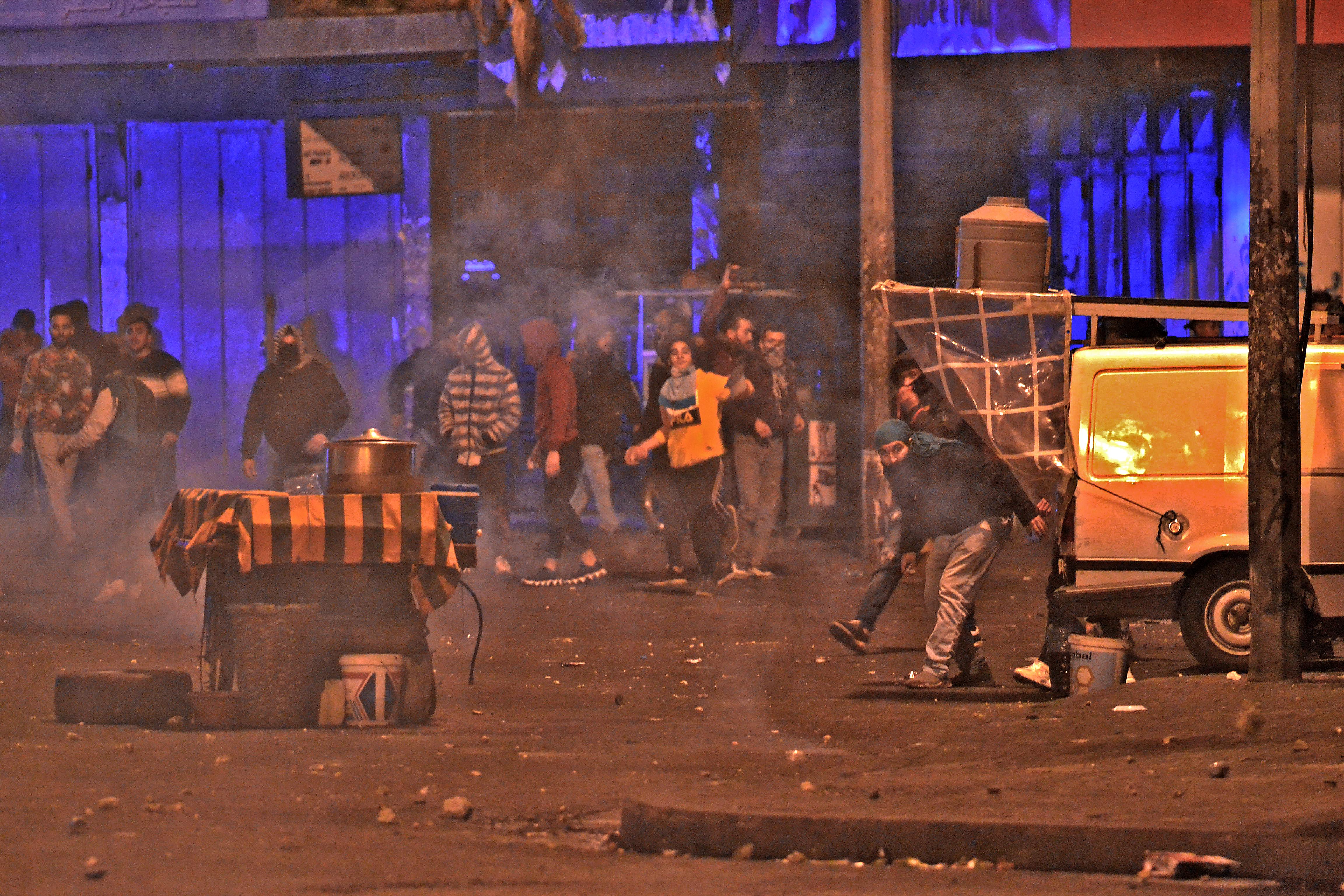 مواجهات في طرابلس بسبب الوضع الاقتصادي المتردي في لبنان وإجراءات الإغلاق