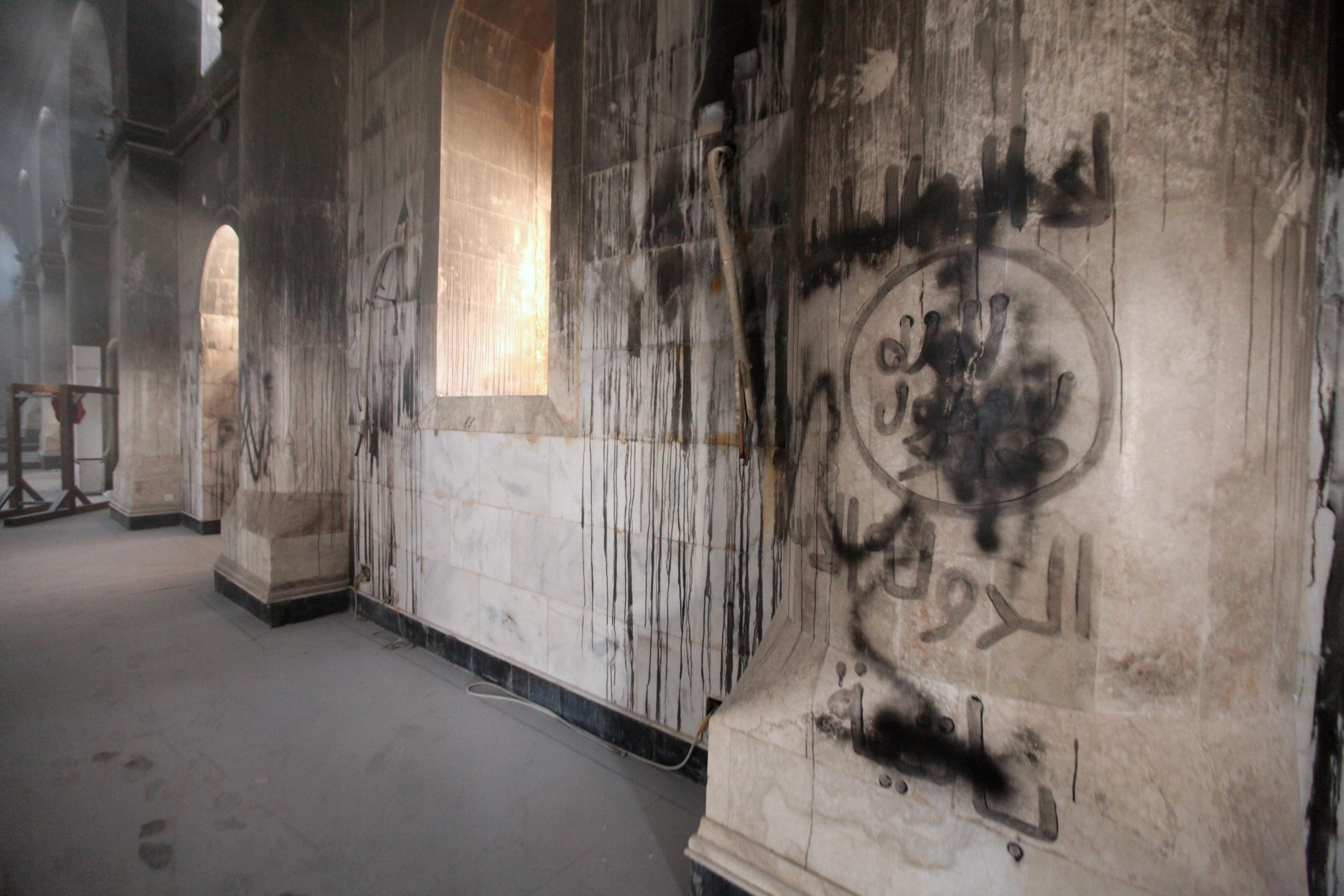 احتل داعش الكنيسة الكبيرة في منطقة بغديدا وقام بكتابة شعاراته على جدرانها