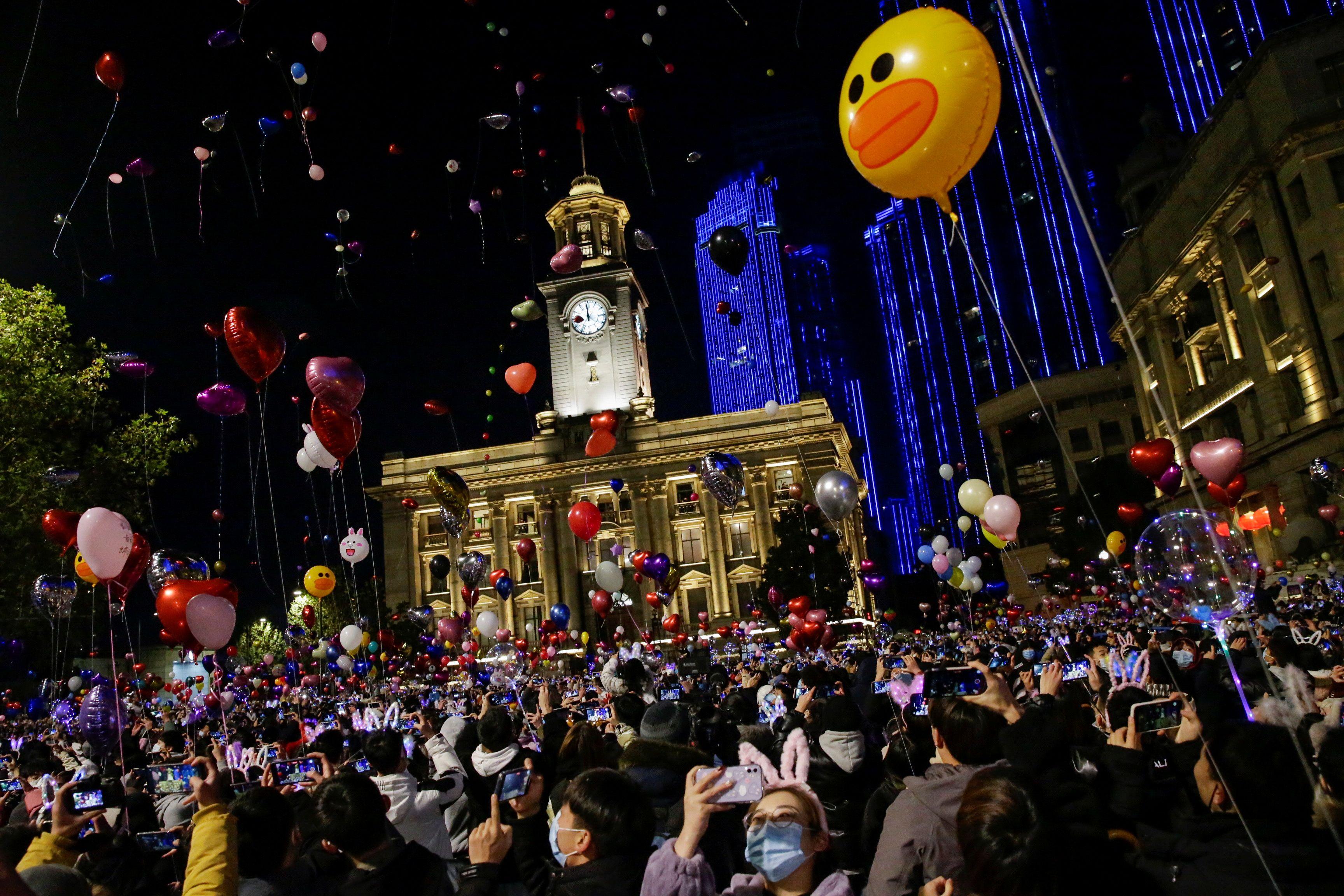 """أطلق العديد من الناس بالونات في الهواء وهتفوا """"سنة جديدة سعيدة"""""""