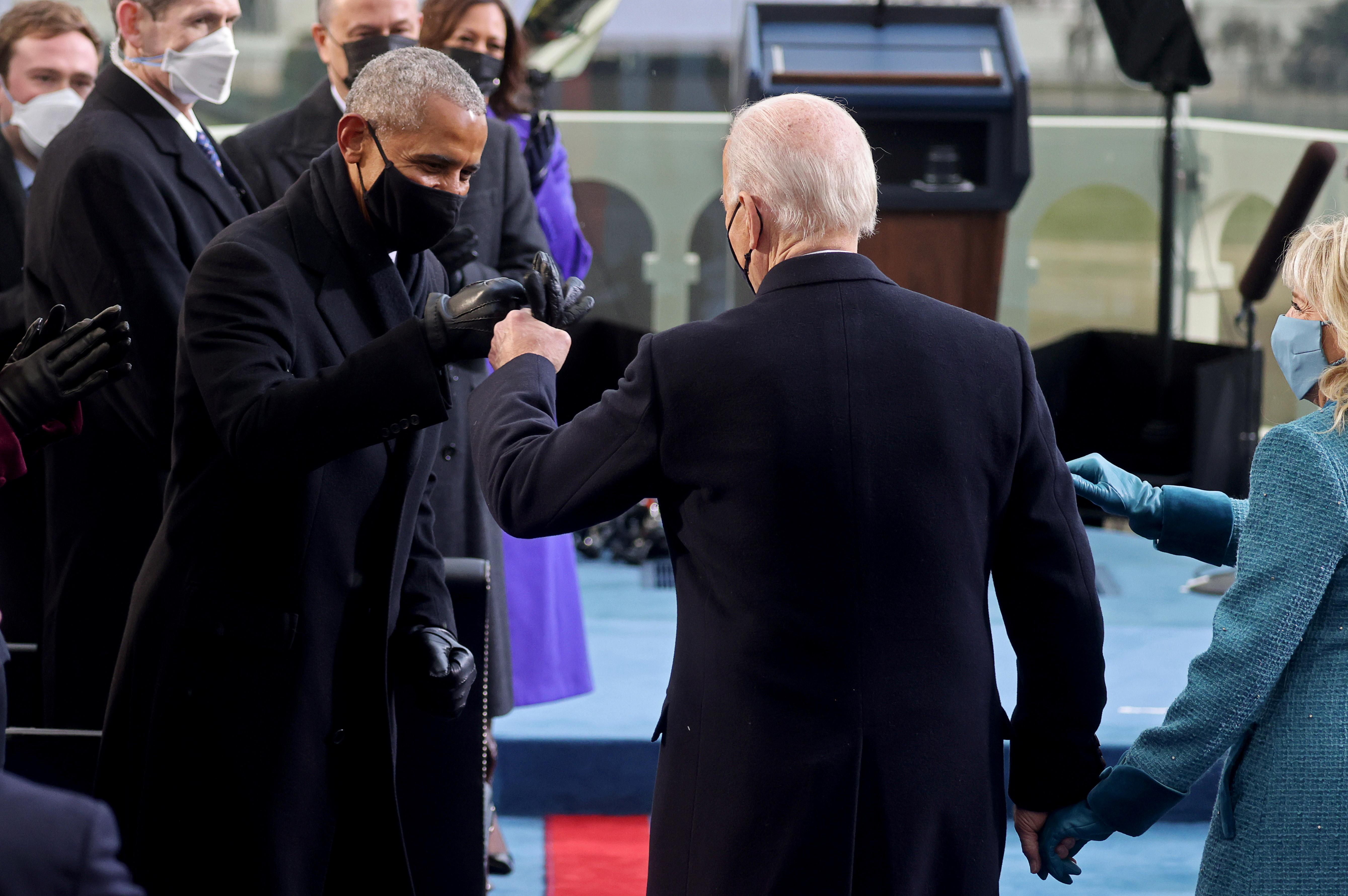 الرؤساء أوباما وبايدن يتصافحان بقبضات اليدين