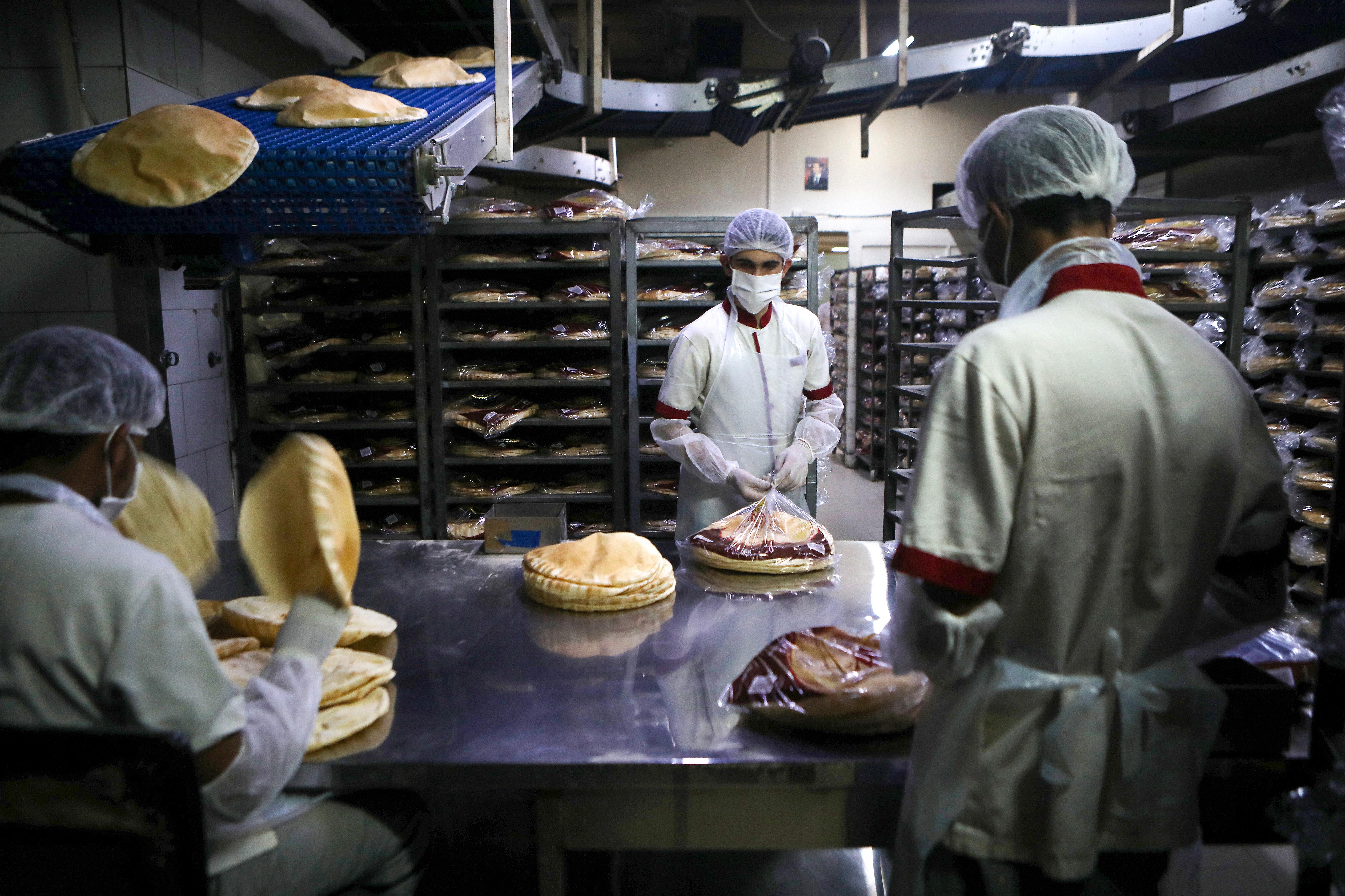 لبنان يرفع سعر الخبز المدعوم للمرة الثالثة خلال أشهر وسط أزمة اقتصادية طاحنة
