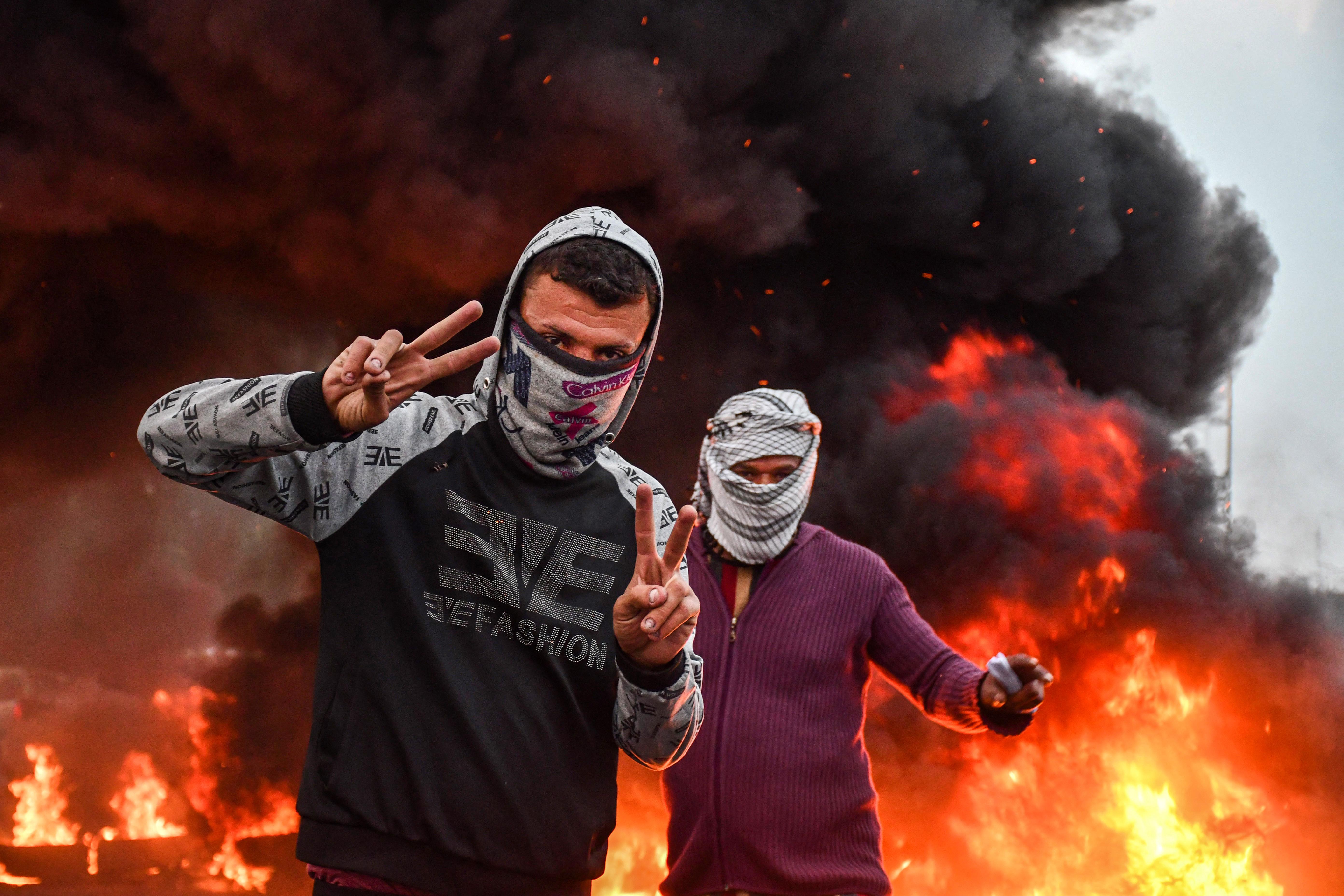 المحتجون تجمعوا عدة مرات هذا الأسبوع أمام مبنى المحافظة في الناصرية للمطالبة بإقالة المحافظ ناظم الوائلي