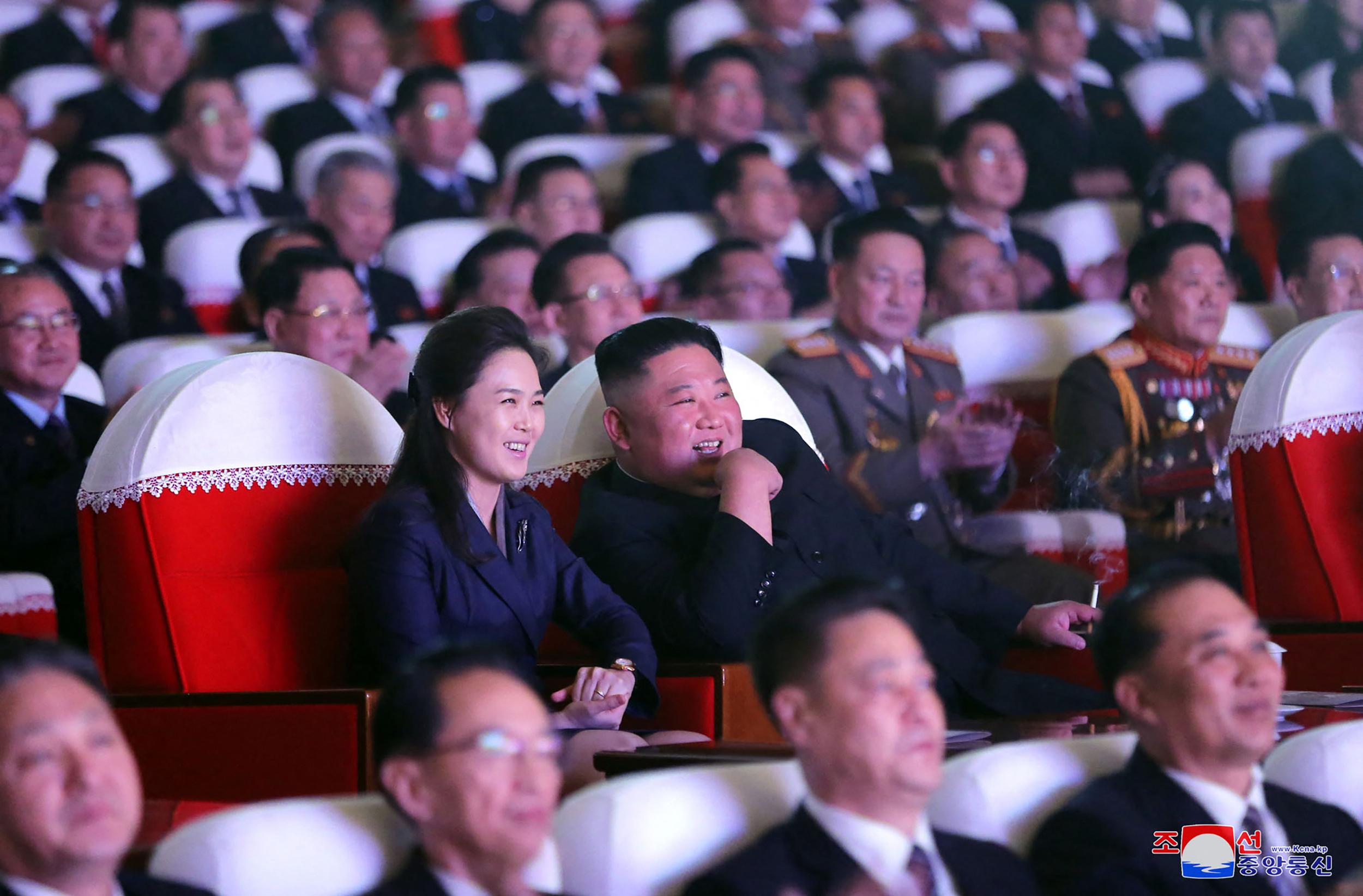 الزعيم الكوري الشمالي رفقة زوجته