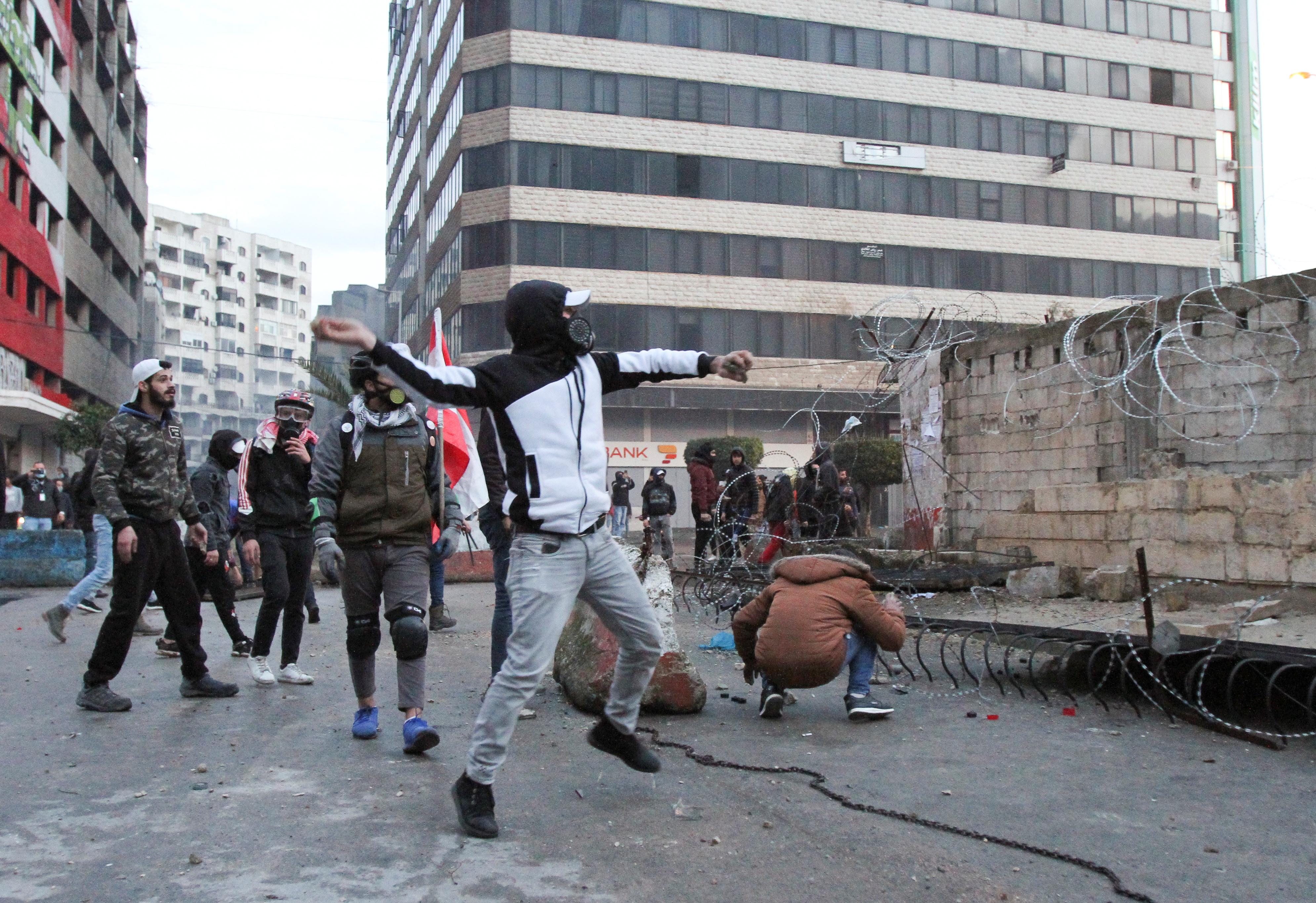 بعض المتظاهرين هاجموا مباني حكومية واشتبكوا مع عناصر الأمن