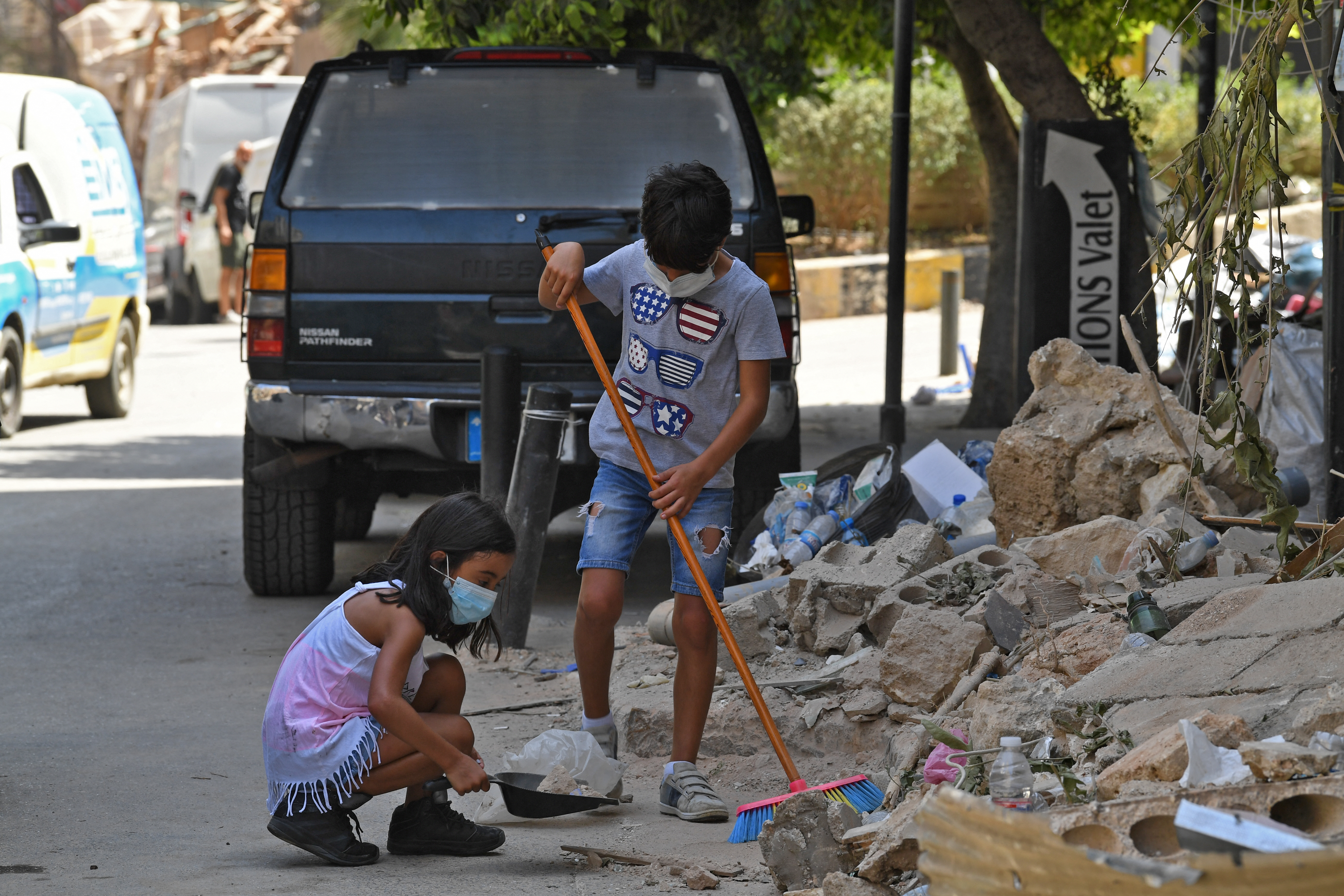 الأطفال في لبنان يتشاركون مع أهاليهم هموم الحياة . أرشيفية