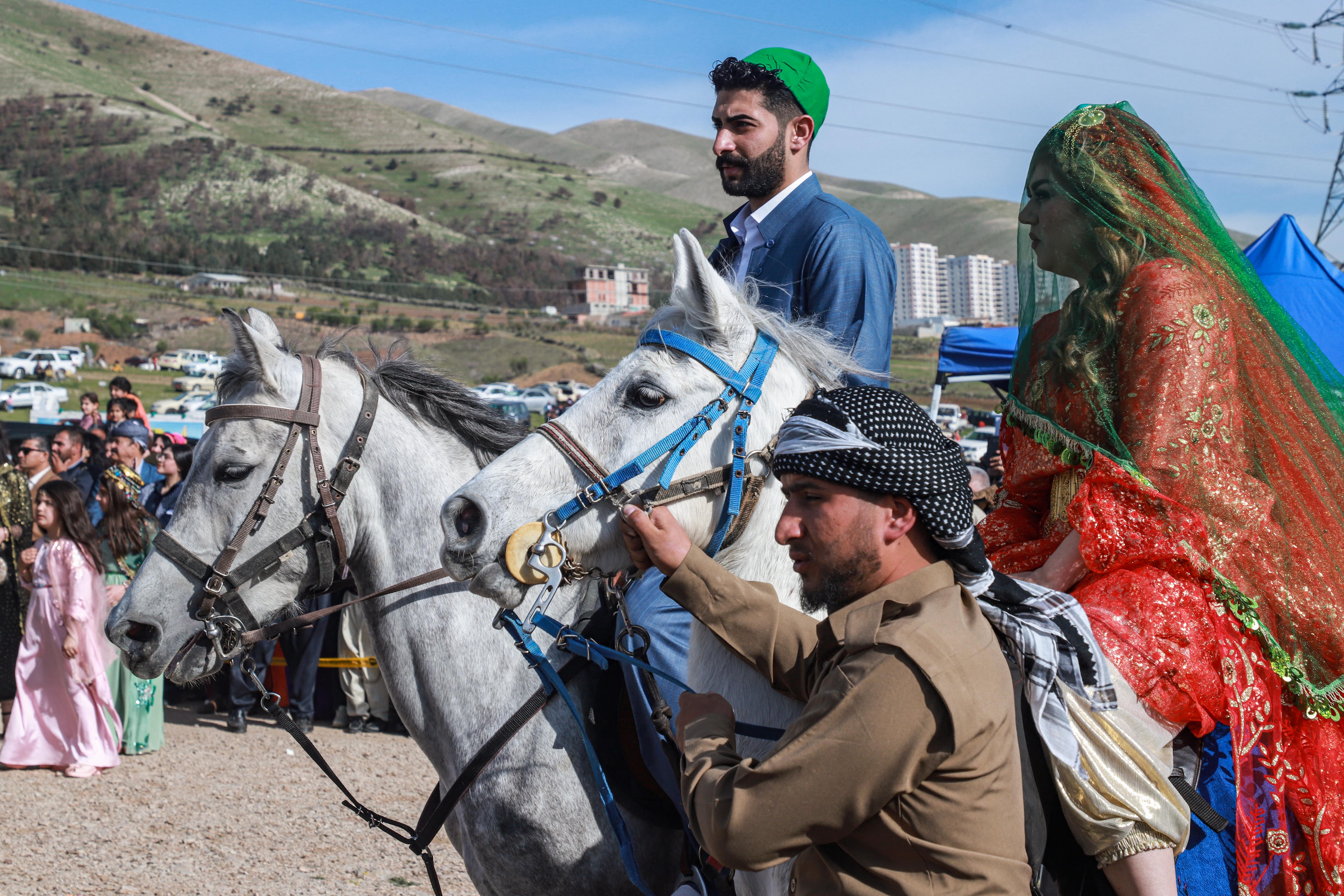 يرتدي الرجال والنساء ملابس زاهية وتصدح الموسيقى في المناطق التي يحتفل فيها بنوروز