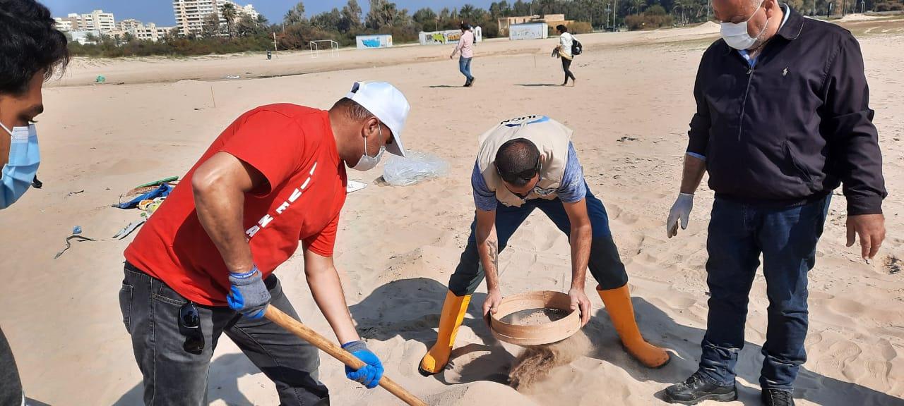 نمشط الشاطئ لنزع المواد المتسربة إلى الرمال ومن بعدها نقوم بغربلة الرمال