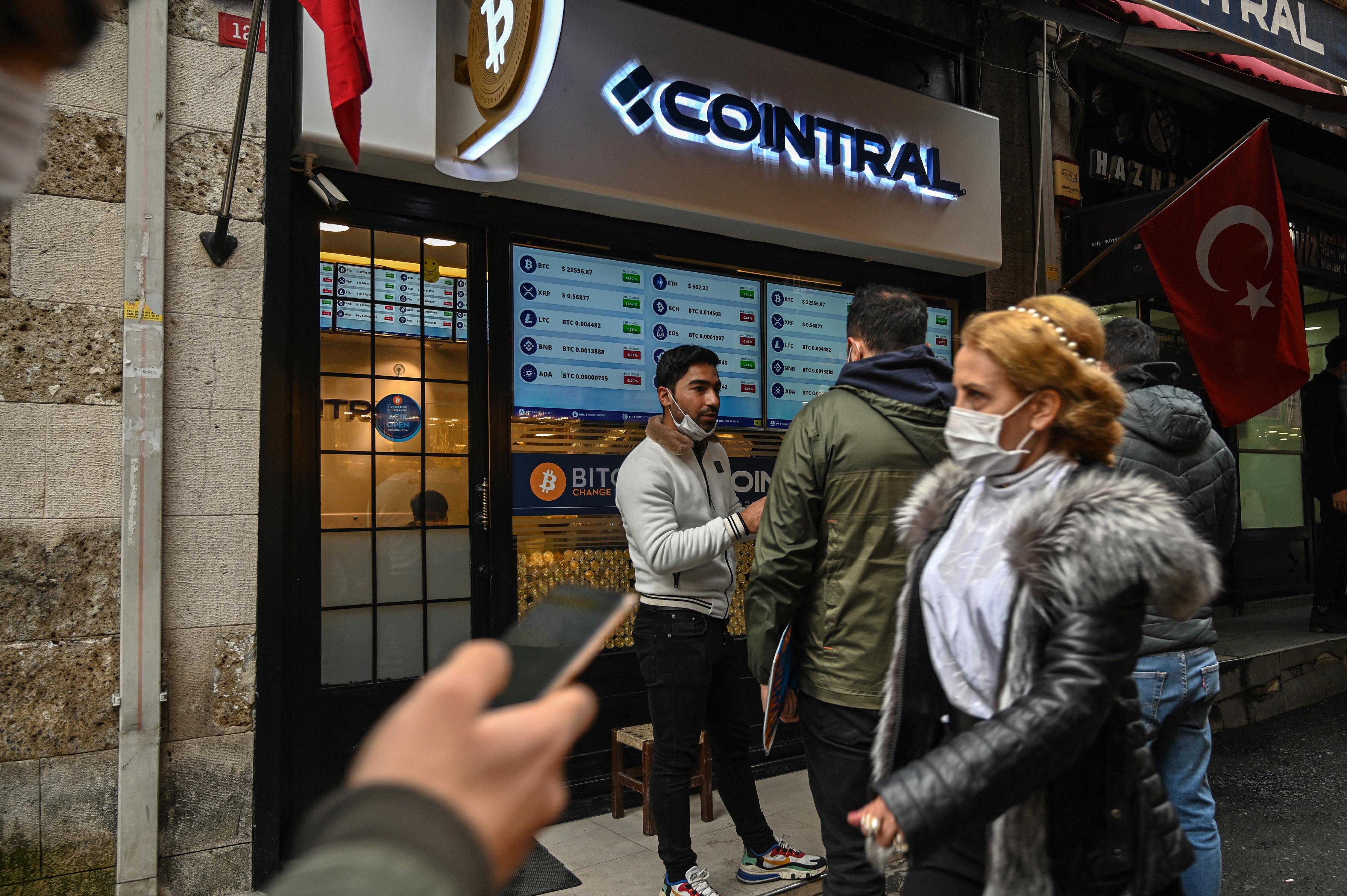 تنتشر محلات مخصصة للعملات الرقمية في المدن التركية حيث يقبل الأتراك على الاستثمار في سوق العملات الرقمية