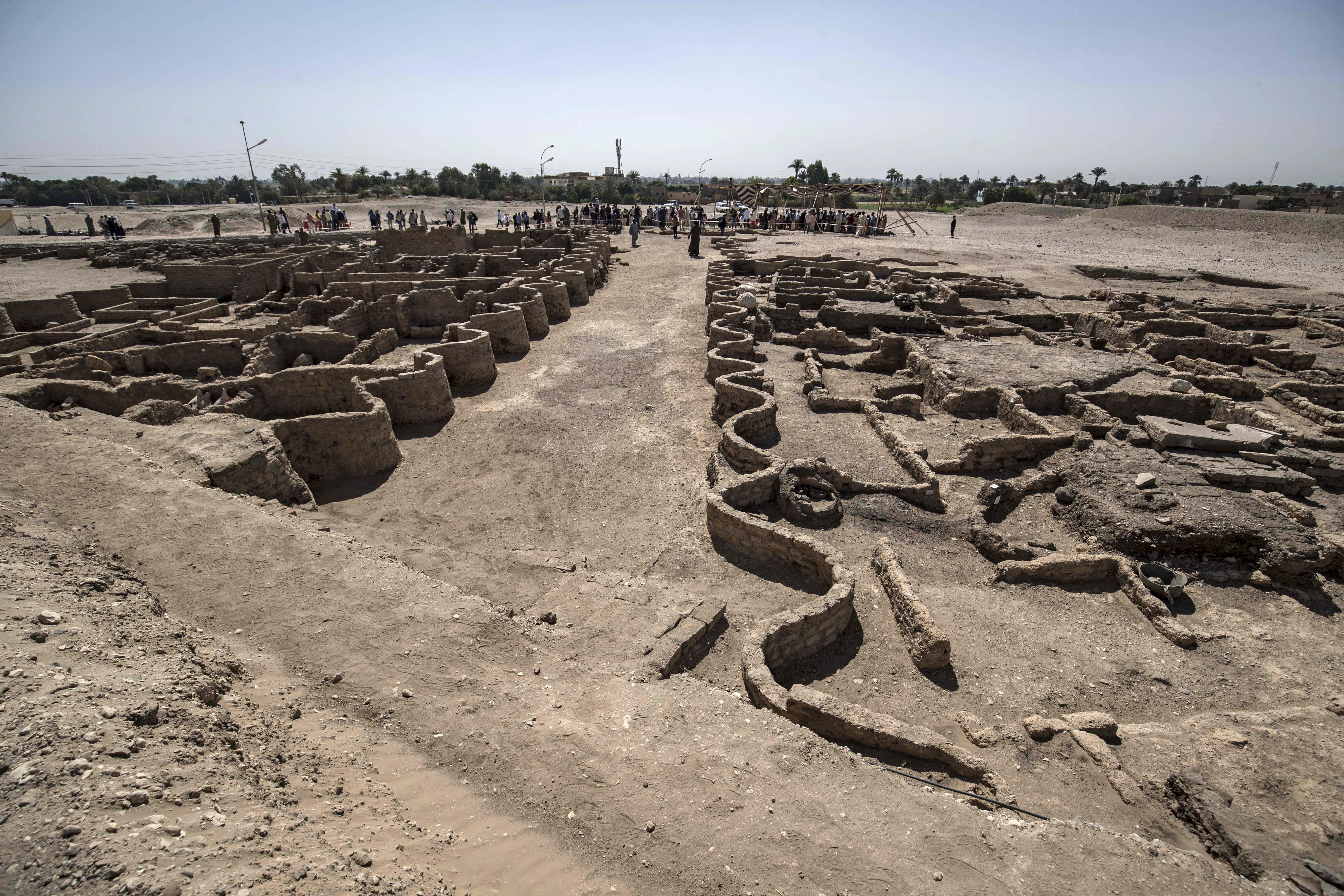 الآمال معلقة على الاكتشافات الجديدة لتساهم بانتعاش السياحة في مصر.