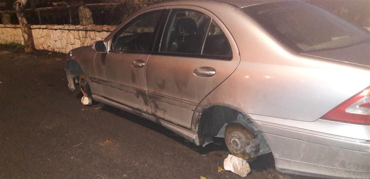سيارة سرقت عجلاتها في أحد الأحياء اللبنانية