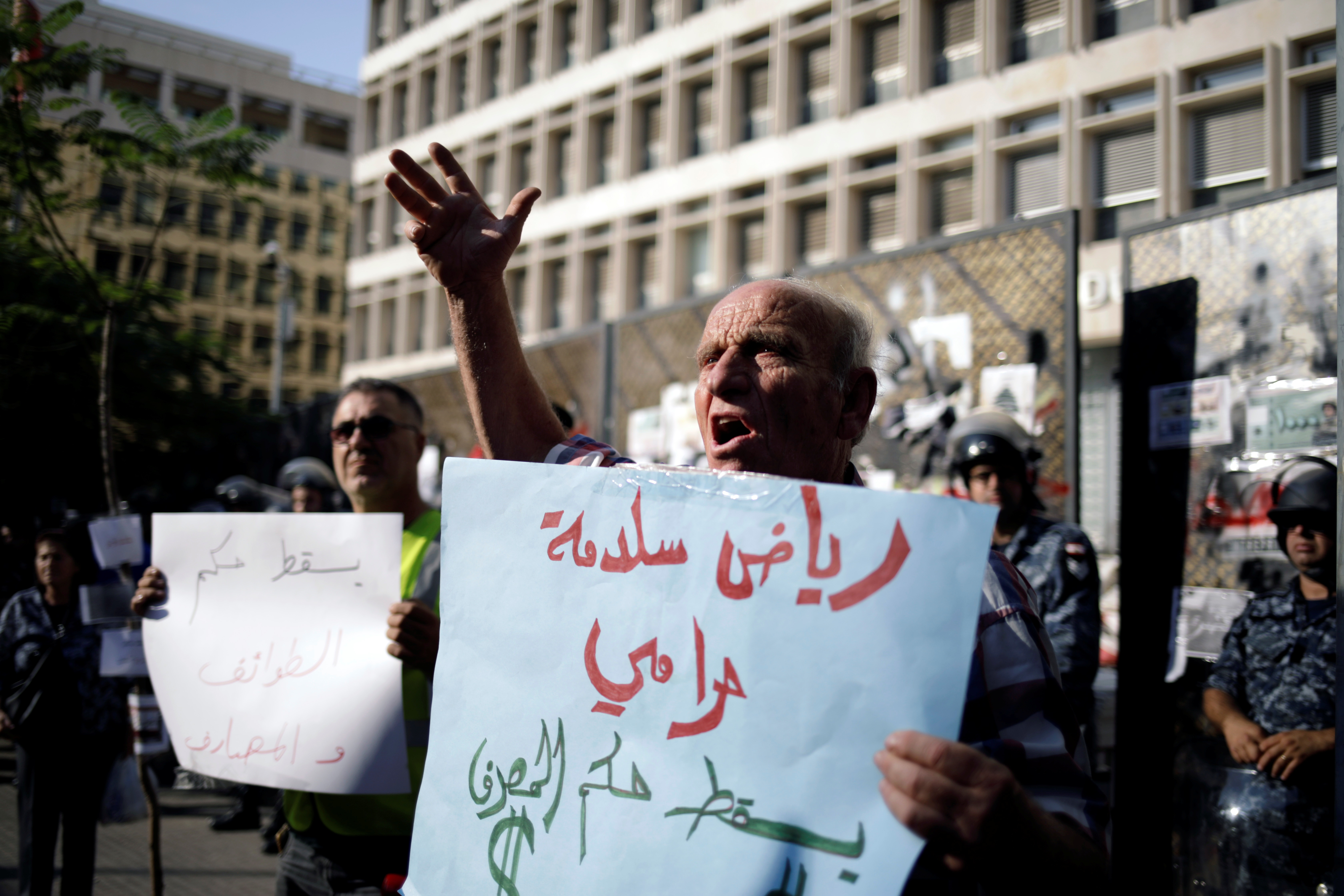 لبناني يرفع لافتة تنعت حاكم مصرف لبنان باللص.