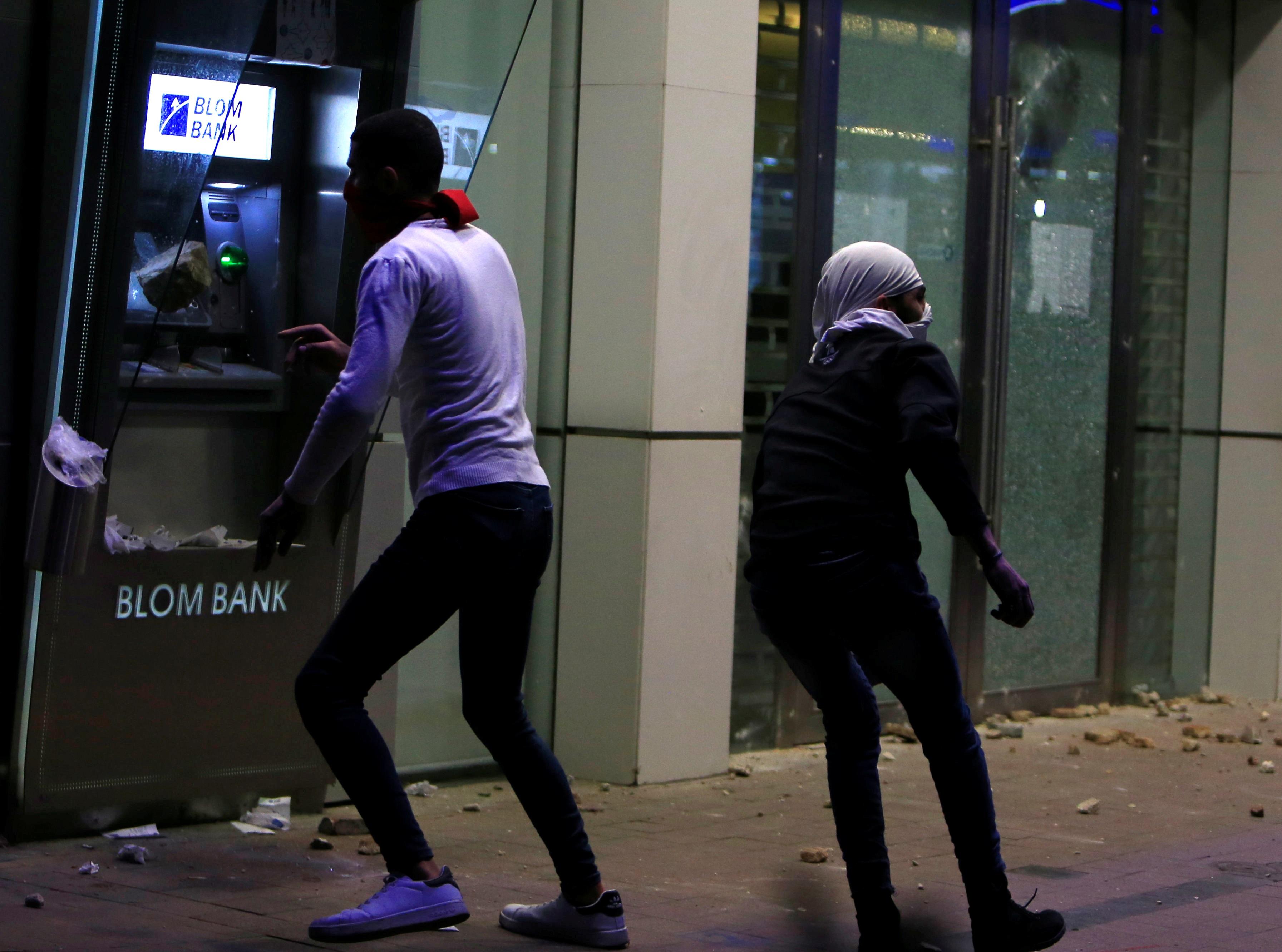 المصارف لم تسلم من غضب اللبنانيين.