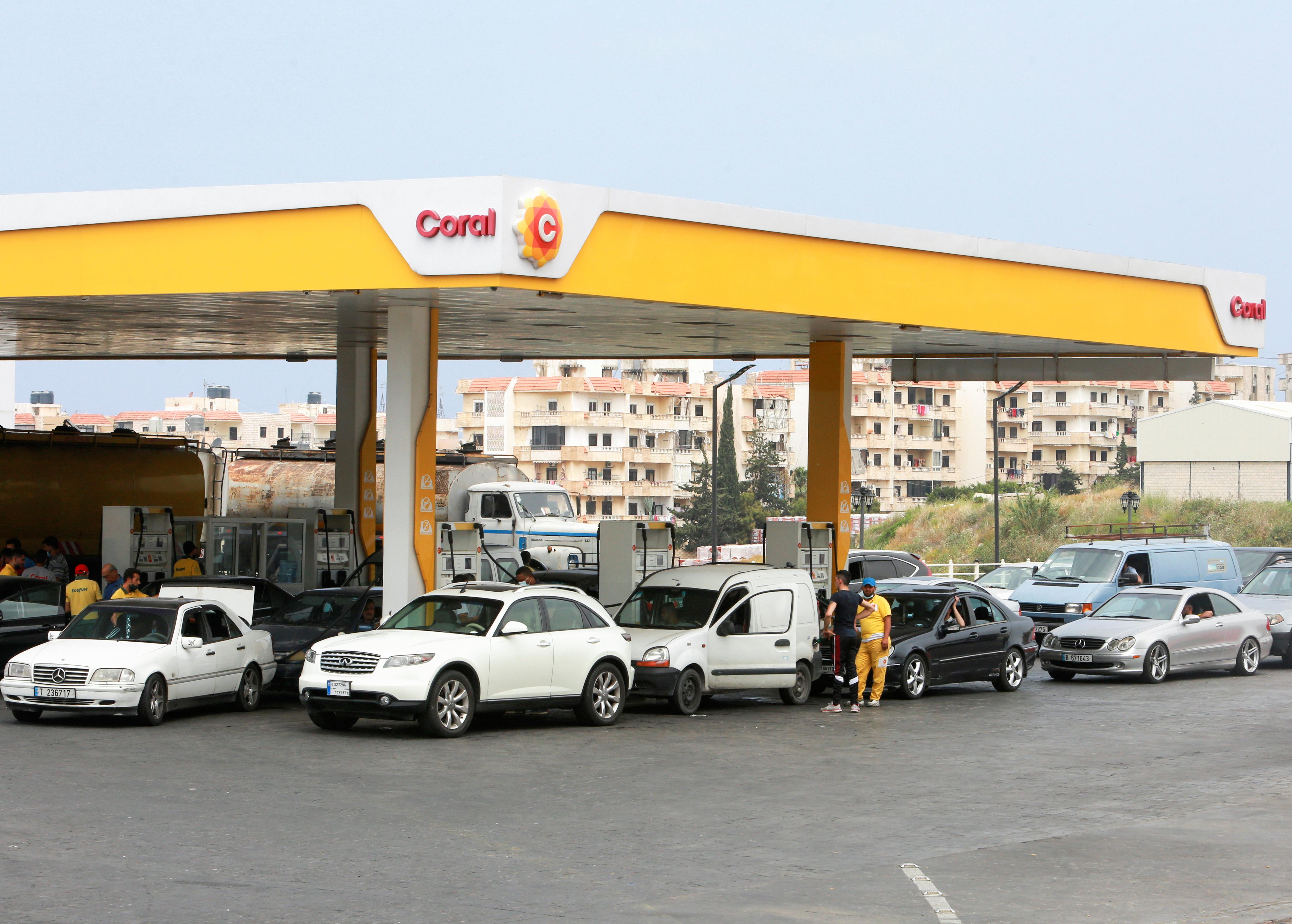 طوابير طويلة أمام محطات التزود بالوقود في لبنان