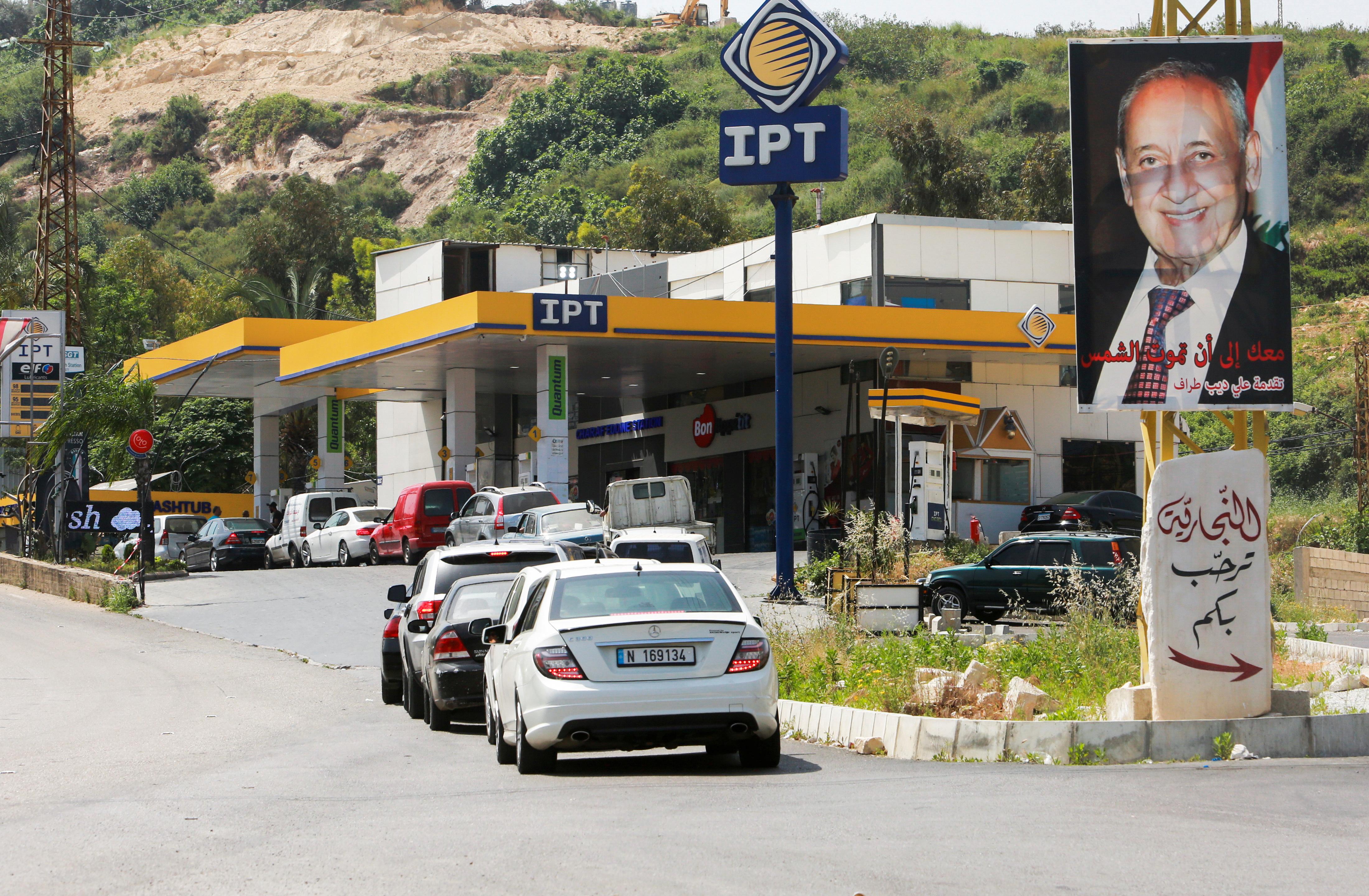 أزمة الوقود تزيد صعوبات الحياة على اللبنانيين