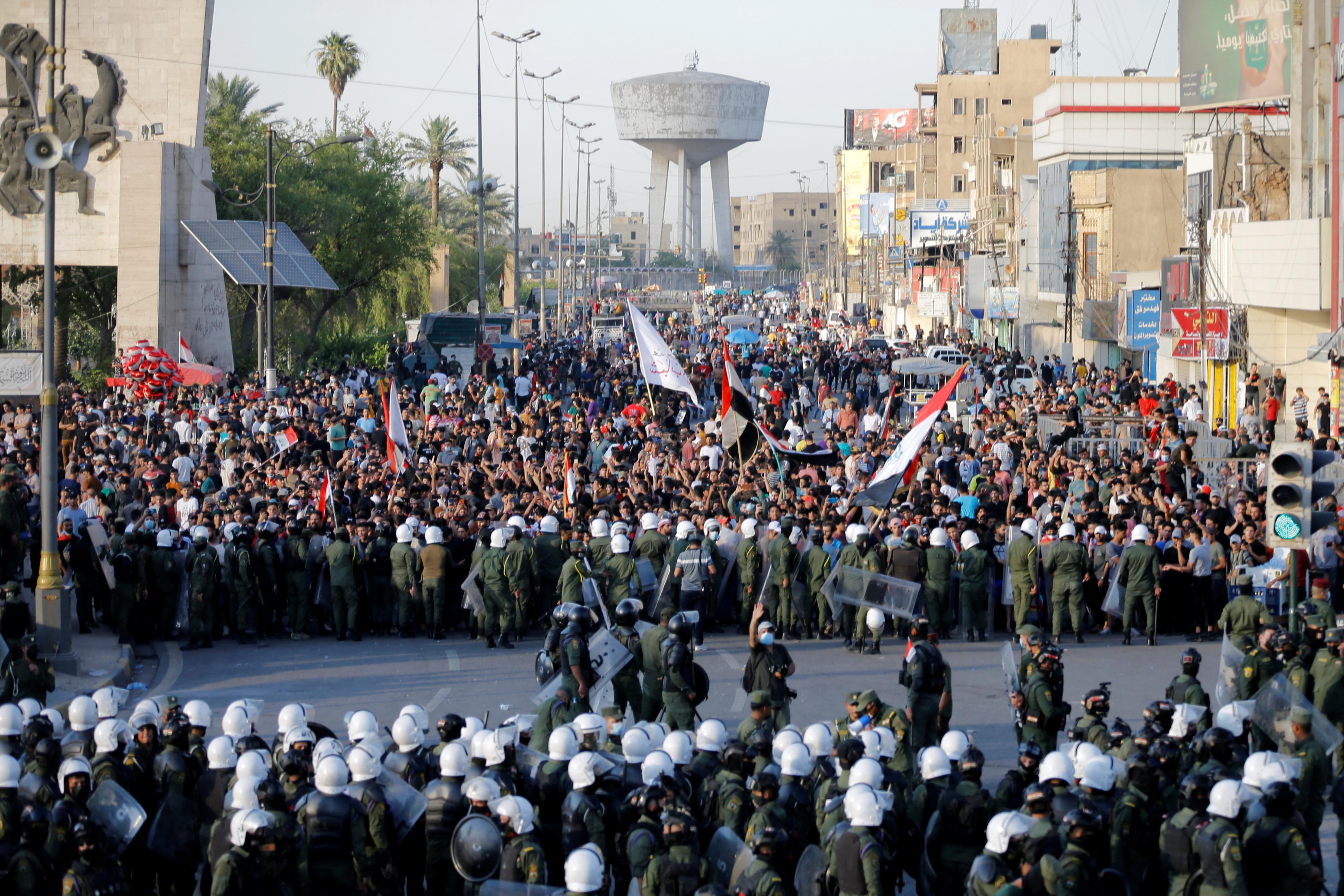آلاف العراقيين يتظاهرون ويرفعون صور ناشطين تعرضوا للاغتيال