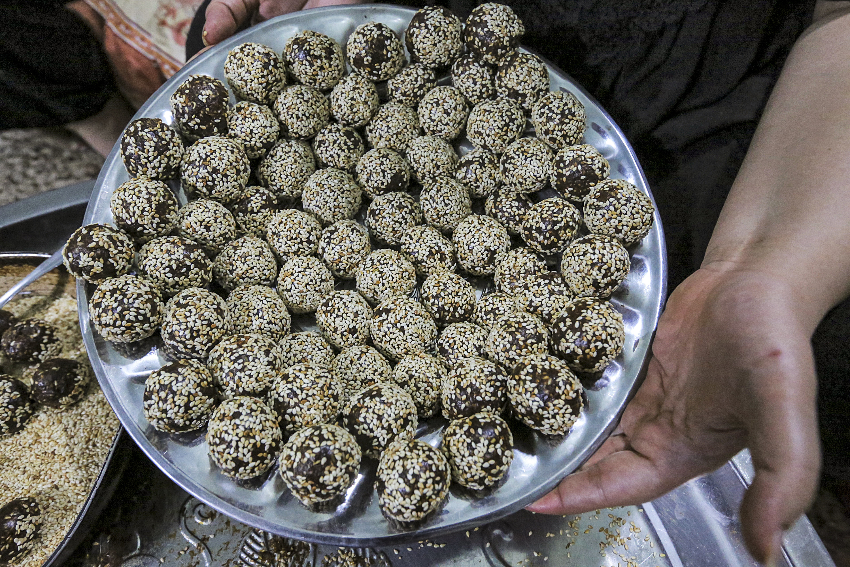 حلوى عراقية مصنوع من التمر المقلي والسمسم