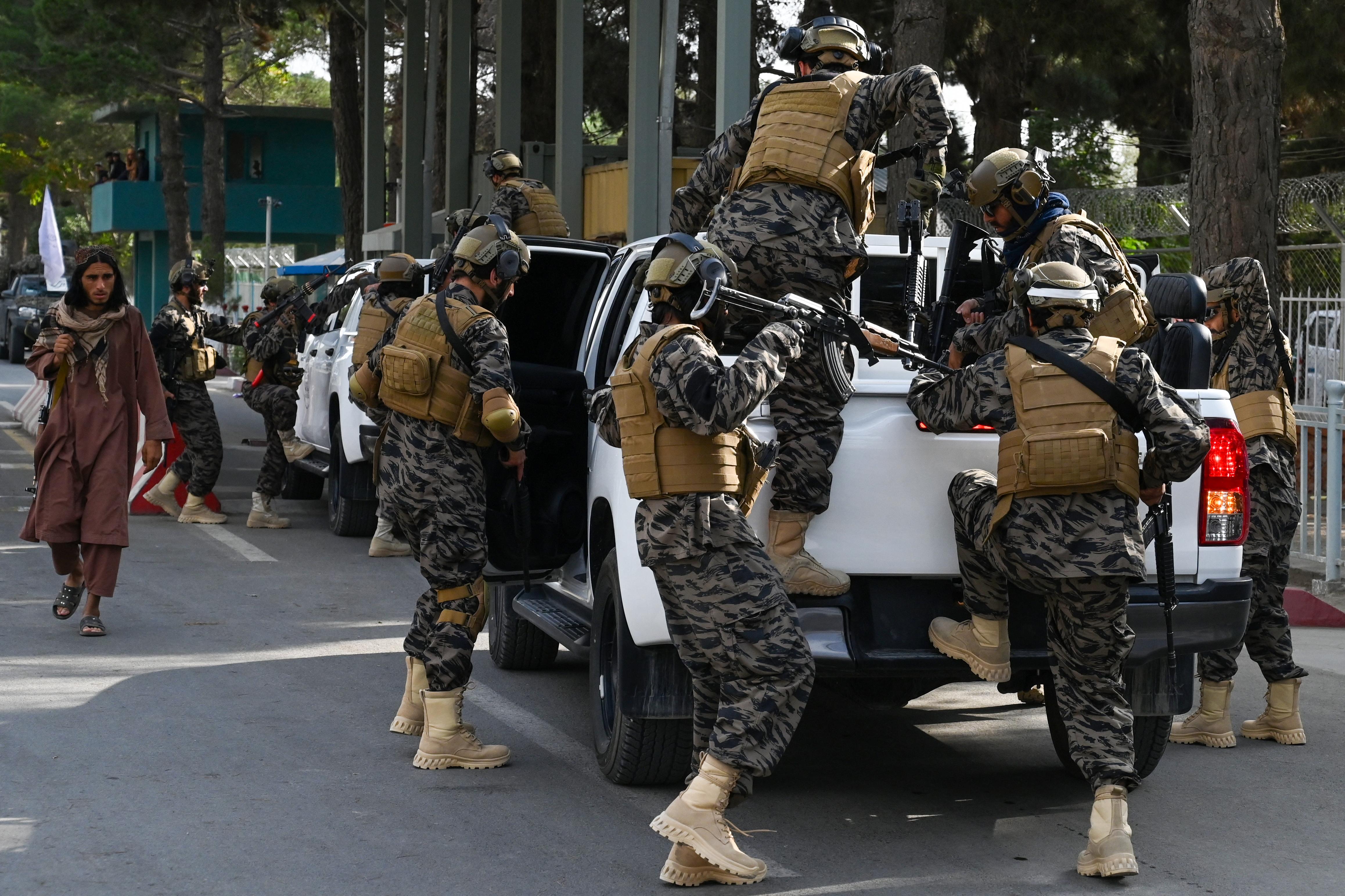 مقاتلو طالبان يصلون إلى مطار كابل