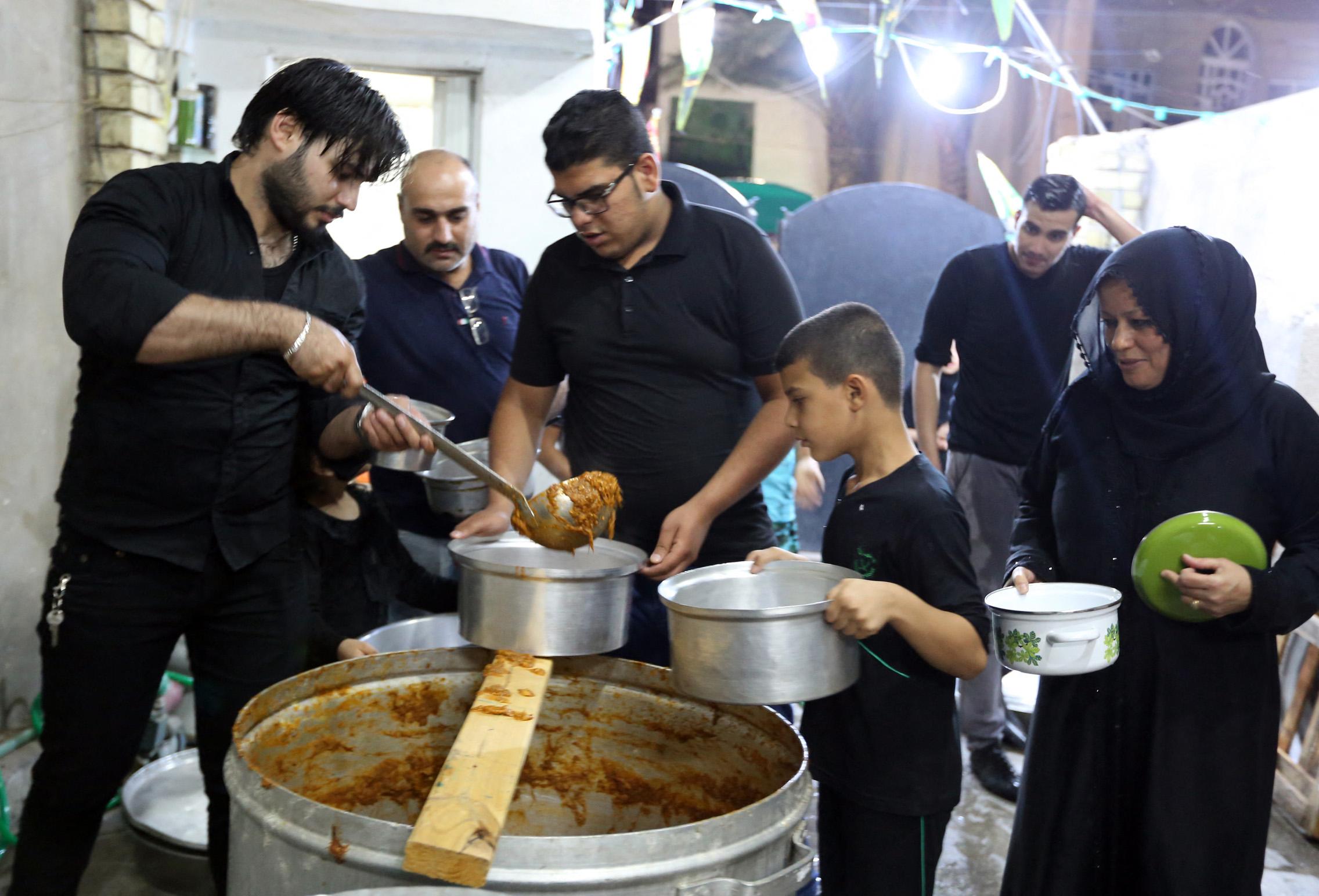 """عراقيون يستلمون """"القيمة"""" من أحد الطباخين"""
