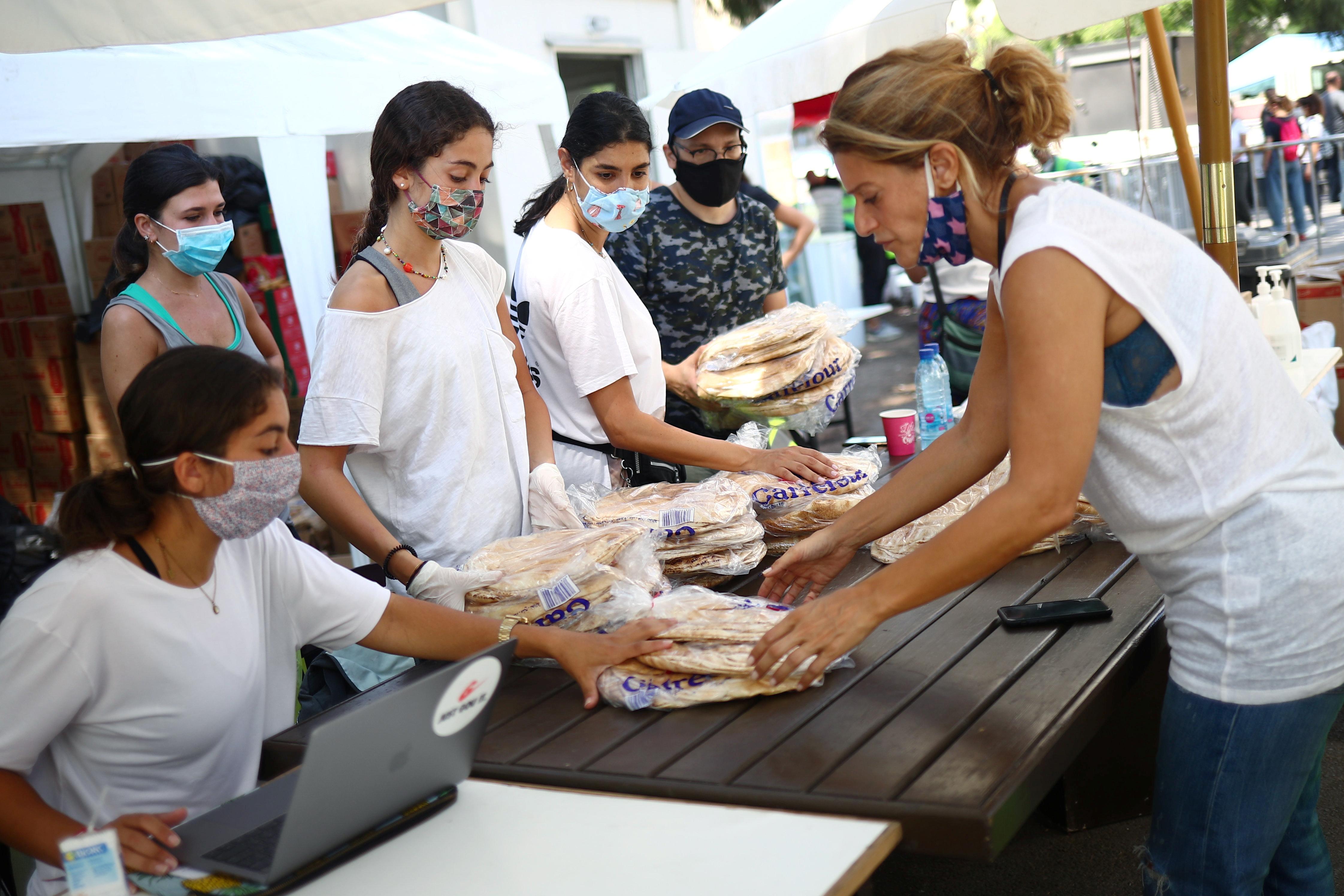 توزيع المساعدات على المتضررين من الانفجار بشكل غير عادل