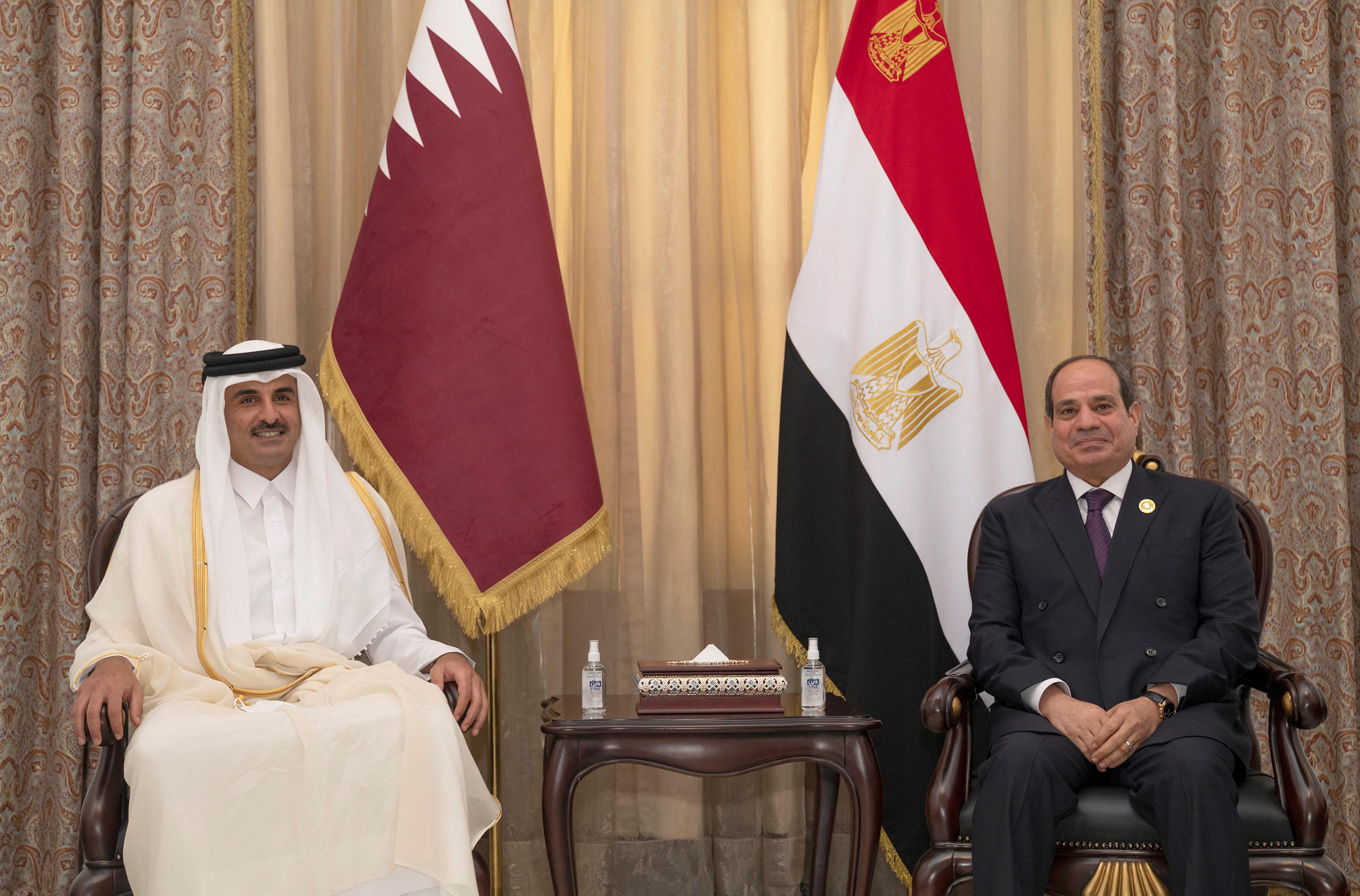 لقاء بعد قطيعة بين الرئيس المصري عبد الفتاح السيسي وأمير قطر تميم بن حمد